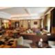 Bar Deco Verre avec ses hauts plafonds, lumière du jour et sofas