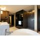 Salle de bains Club Suite avec douche tropicale et baignoire