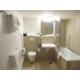 Das behindertengerechte Badezimmer verfügt über eine Dusche