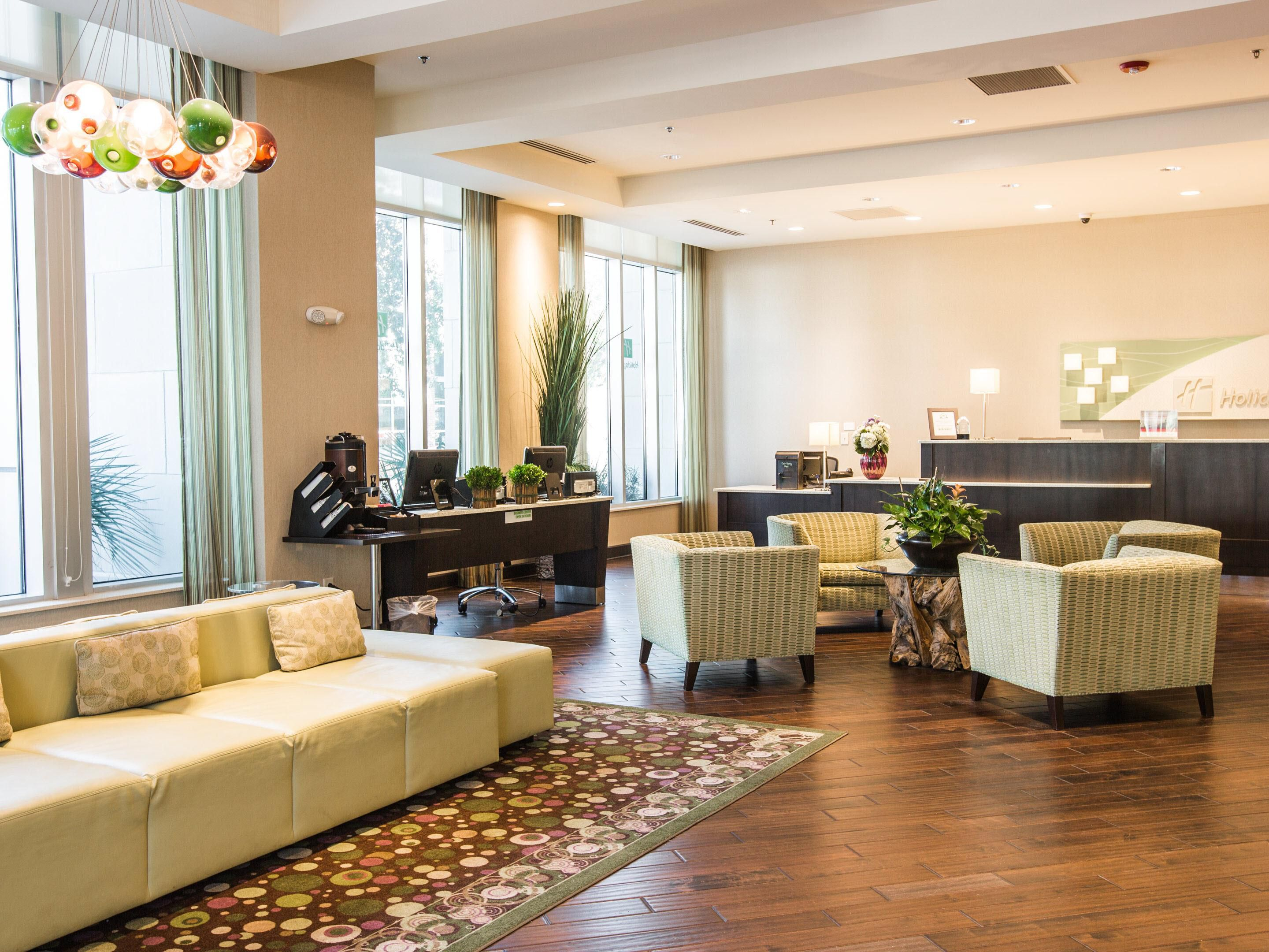 Holiday Inn Downtown Charleston Welcoming Lobby