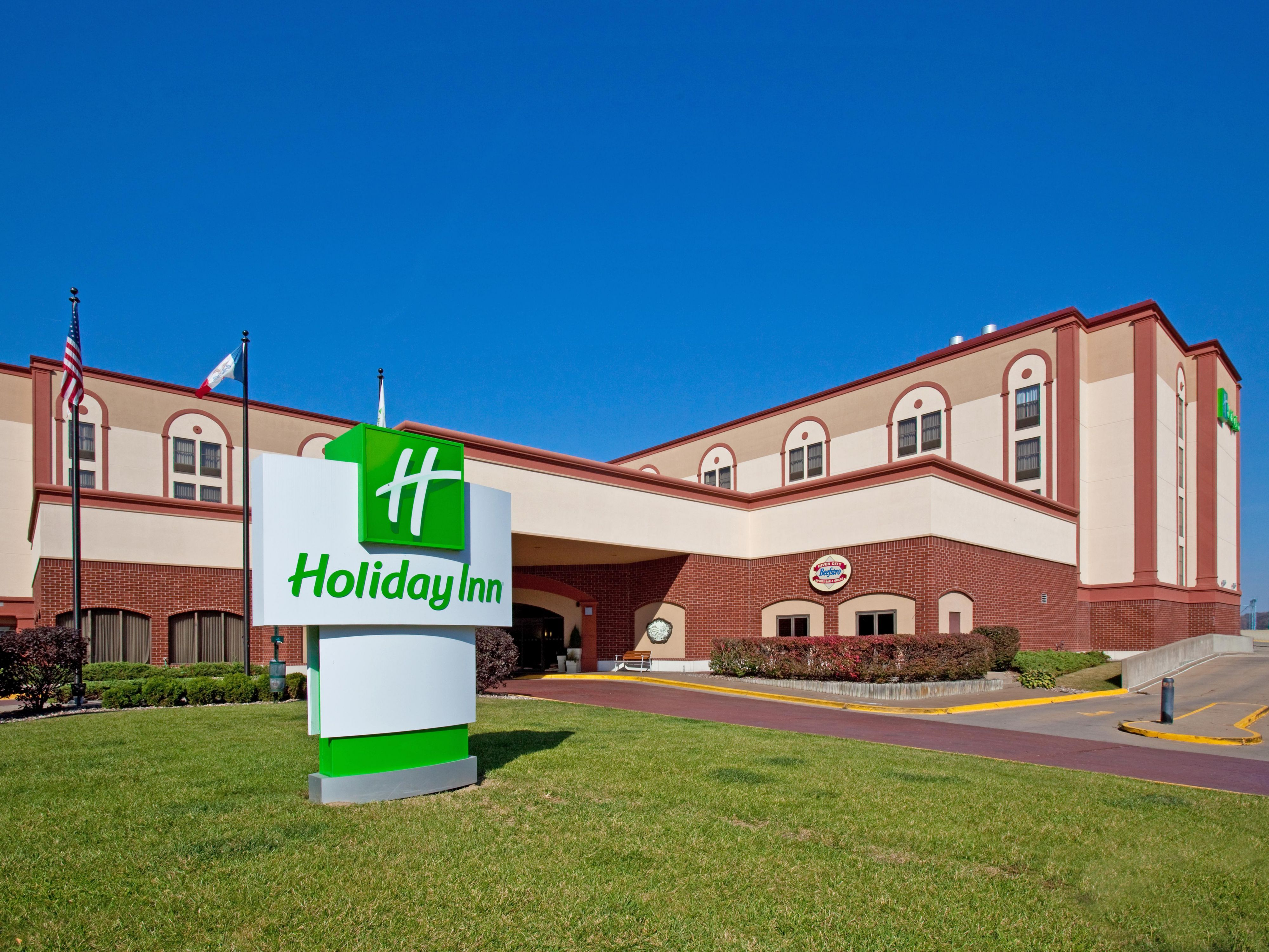 Holiday Inn Dubuque welcoming Main Street entrance