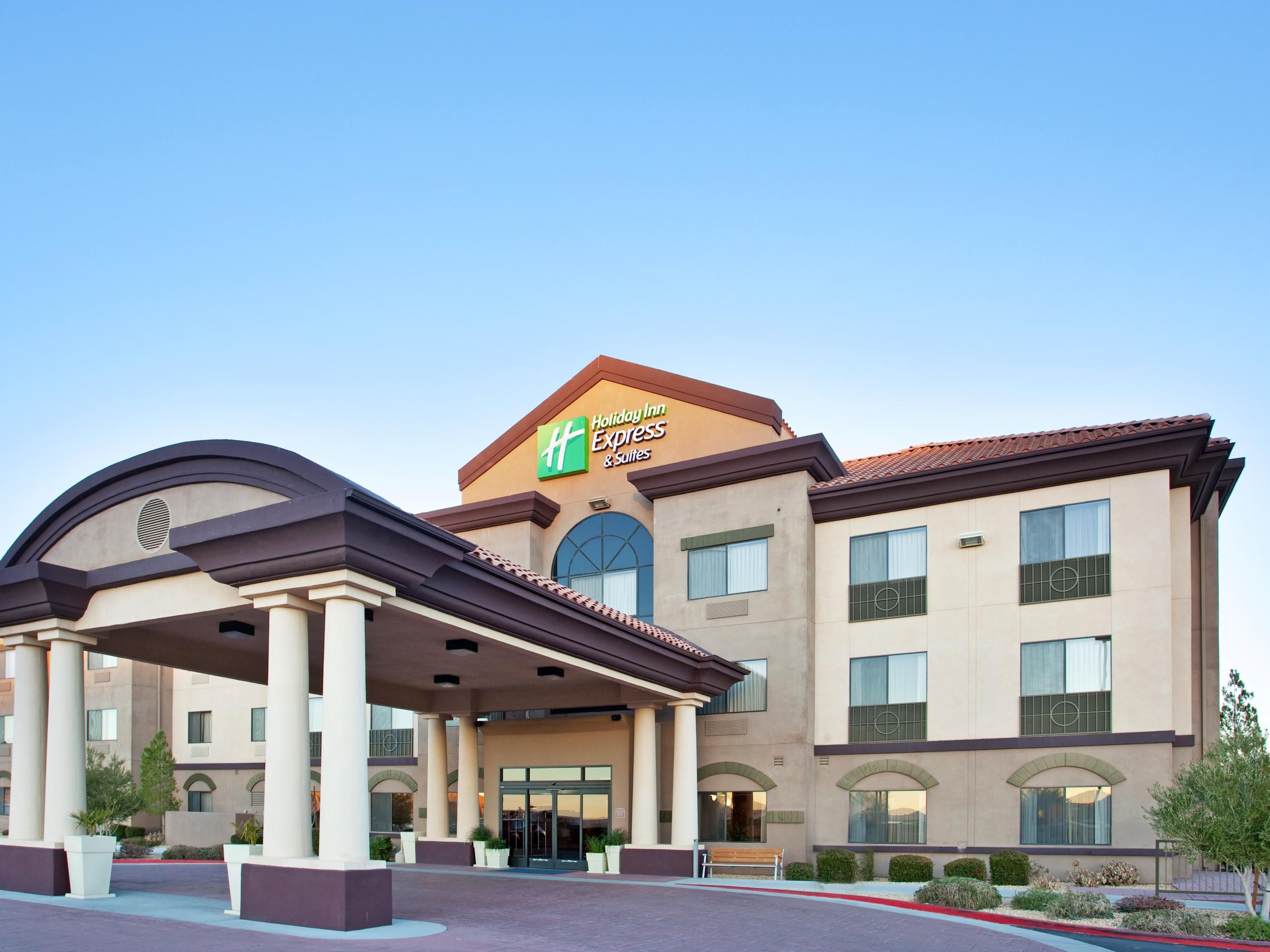 Holiday Inn Express Inn & Suites Outlet Center Front Entrance 2