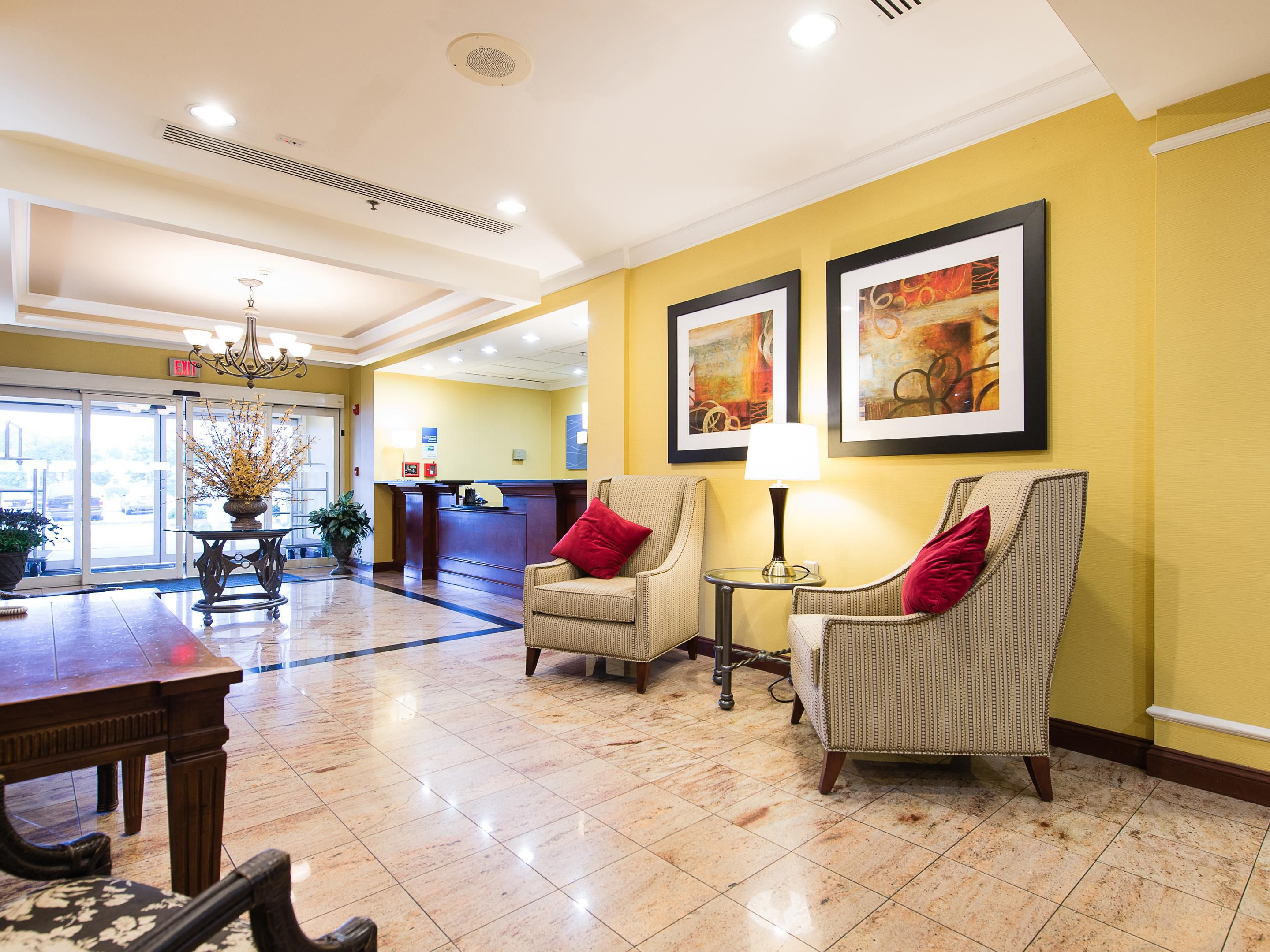 Holiday Inn Express & Suites Hotel Lobby
