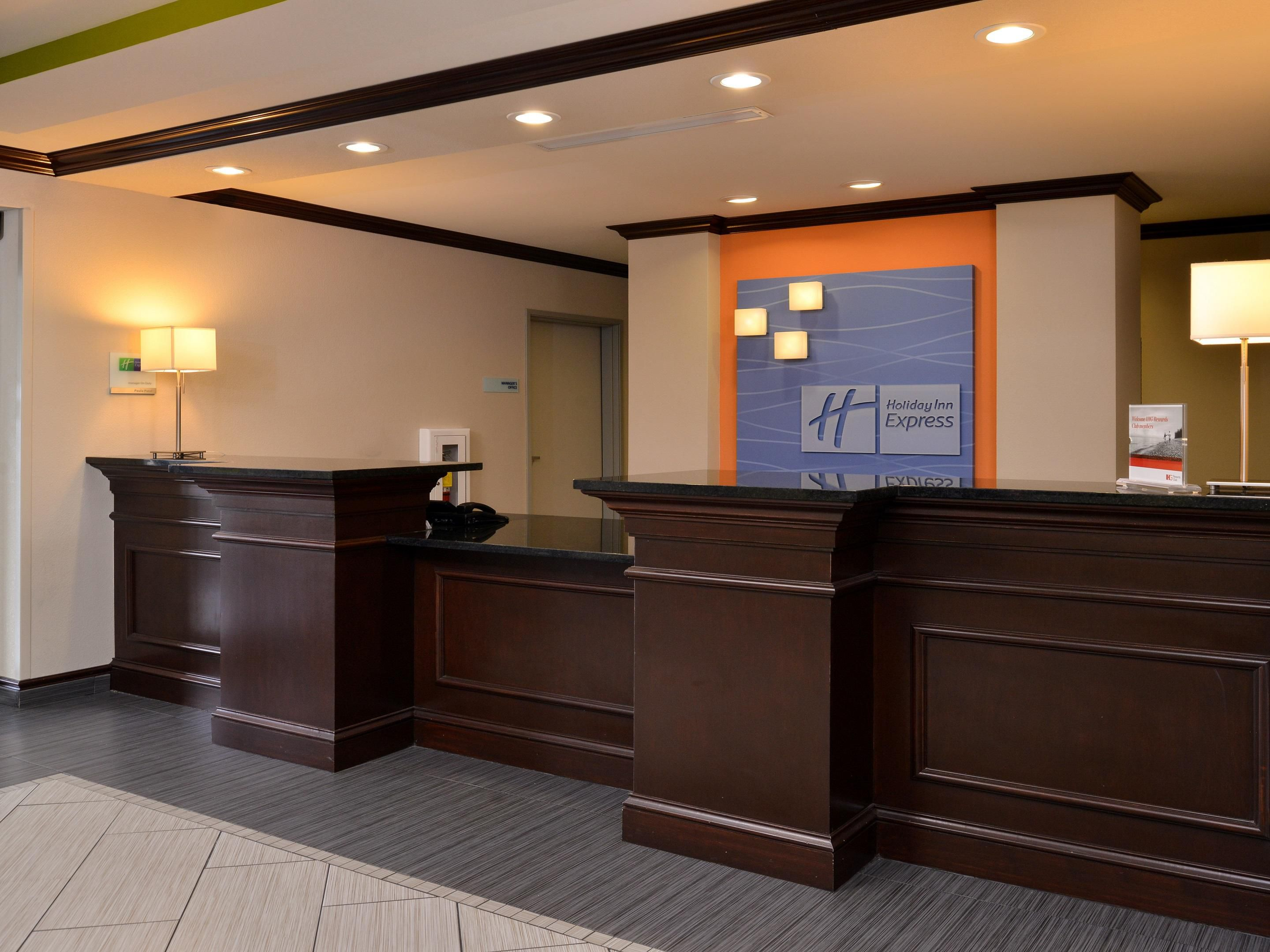 Holiday Inn Express & Suites: Fort Walton Beach Front Desk