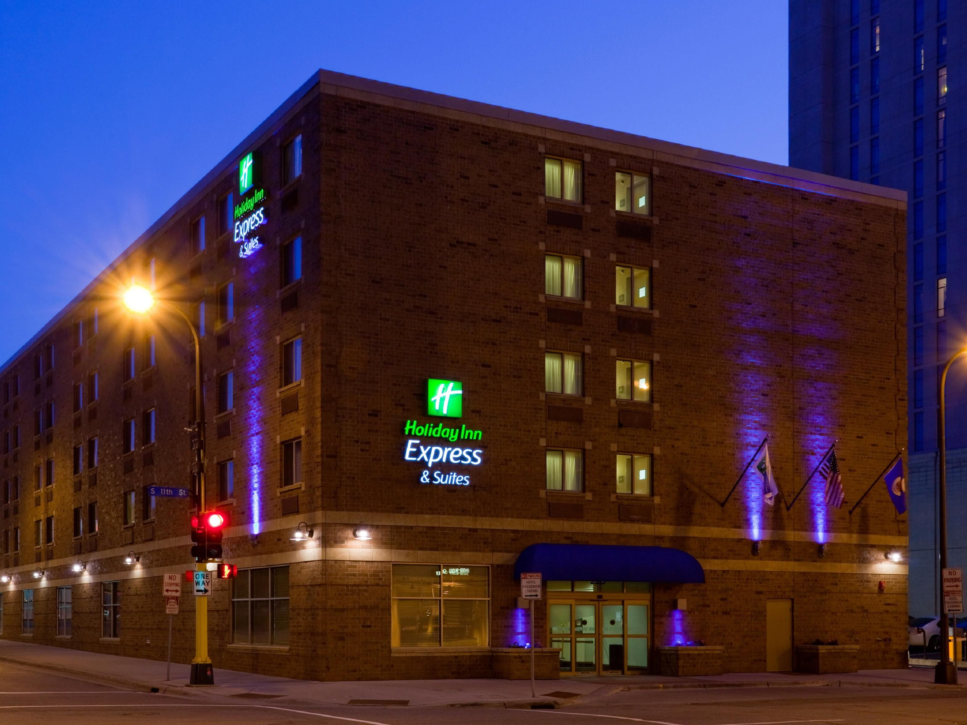 Holiday Inn Express & Suites Dwtn Mpls Conv Ctr - Exterior Night