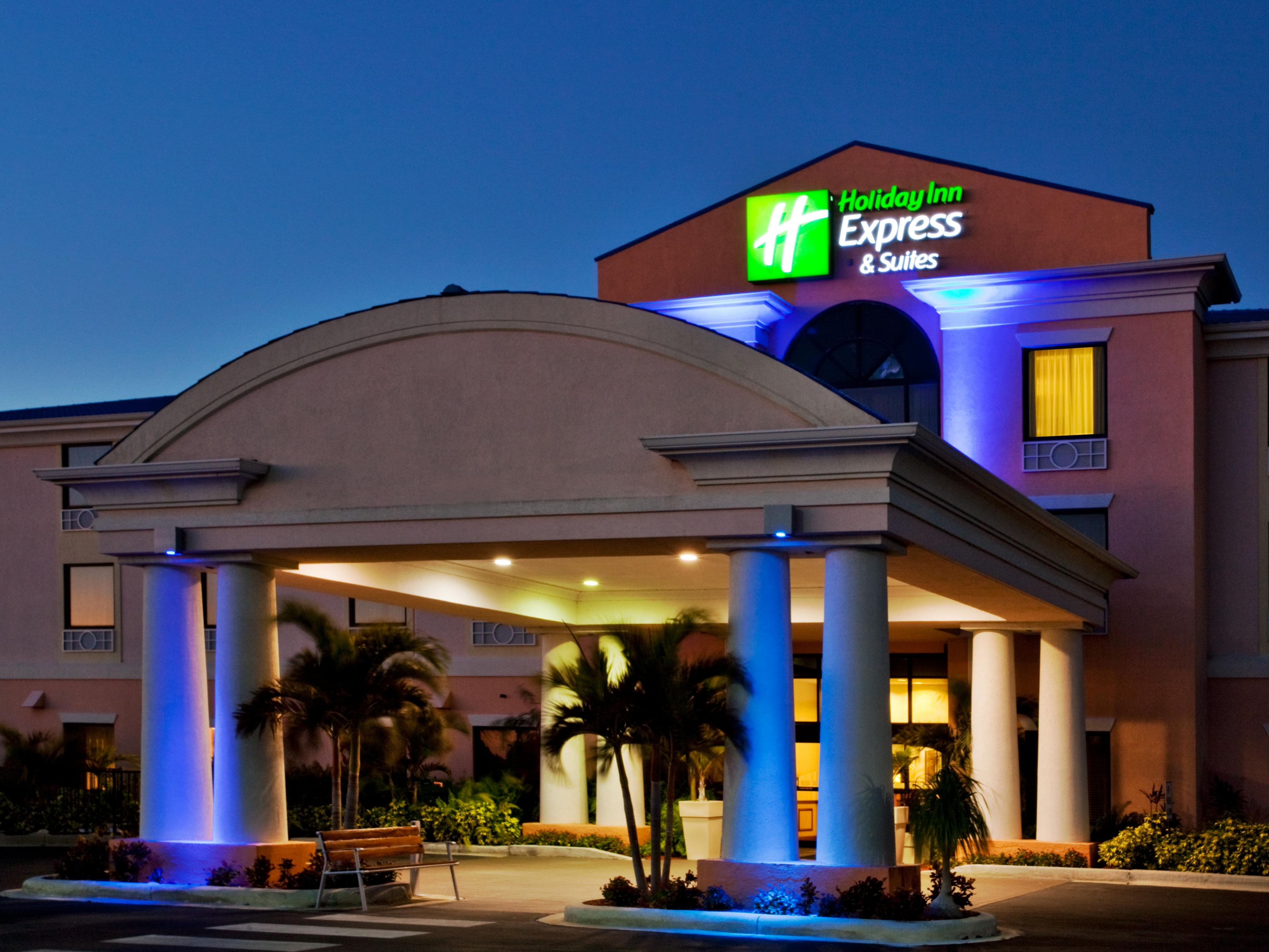 Holiday Inn Express Lake Okeechobee Hotel Exterior Night