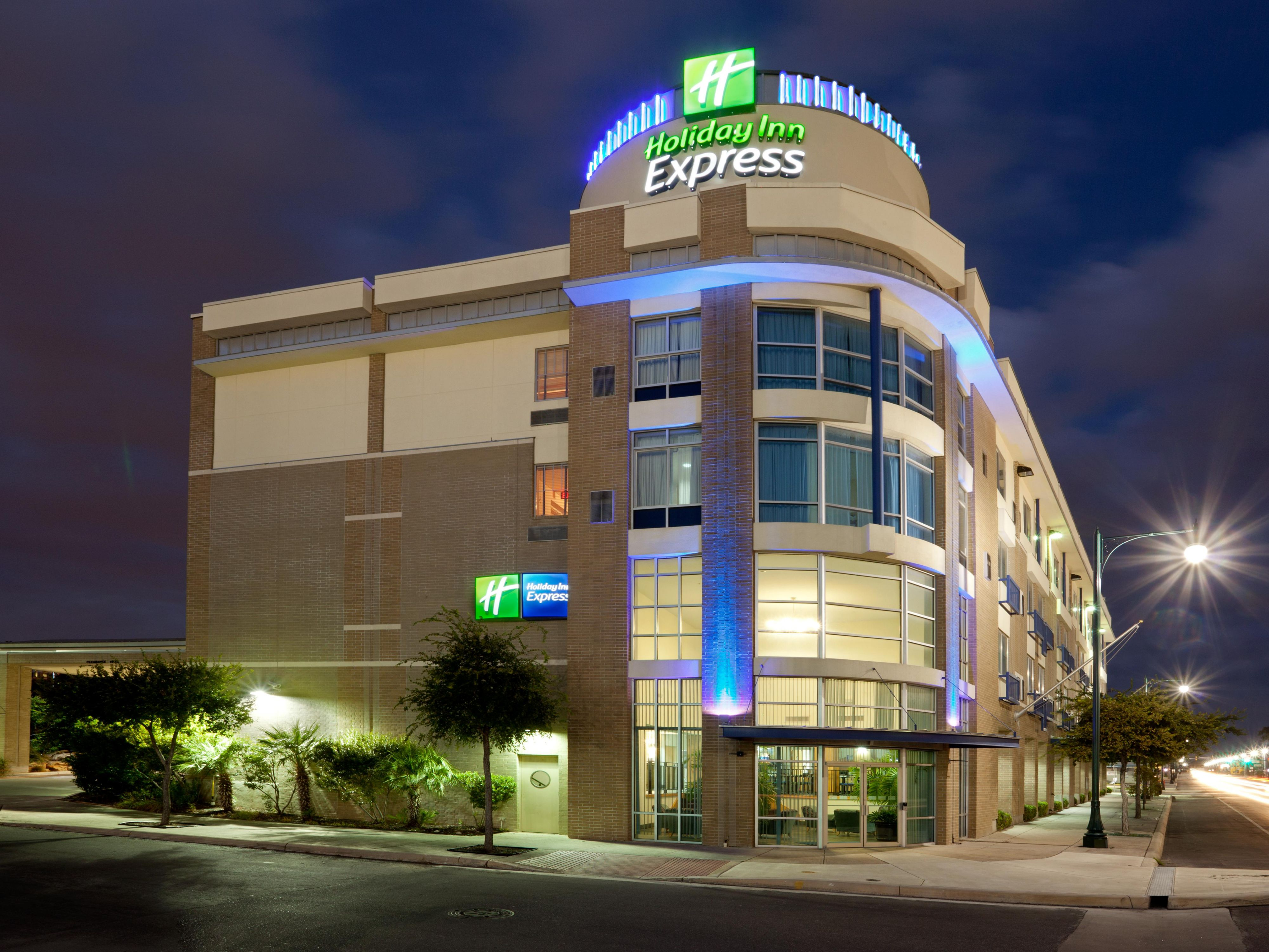 Holiday Inn Express Suites San Antonio Rivercenter Area