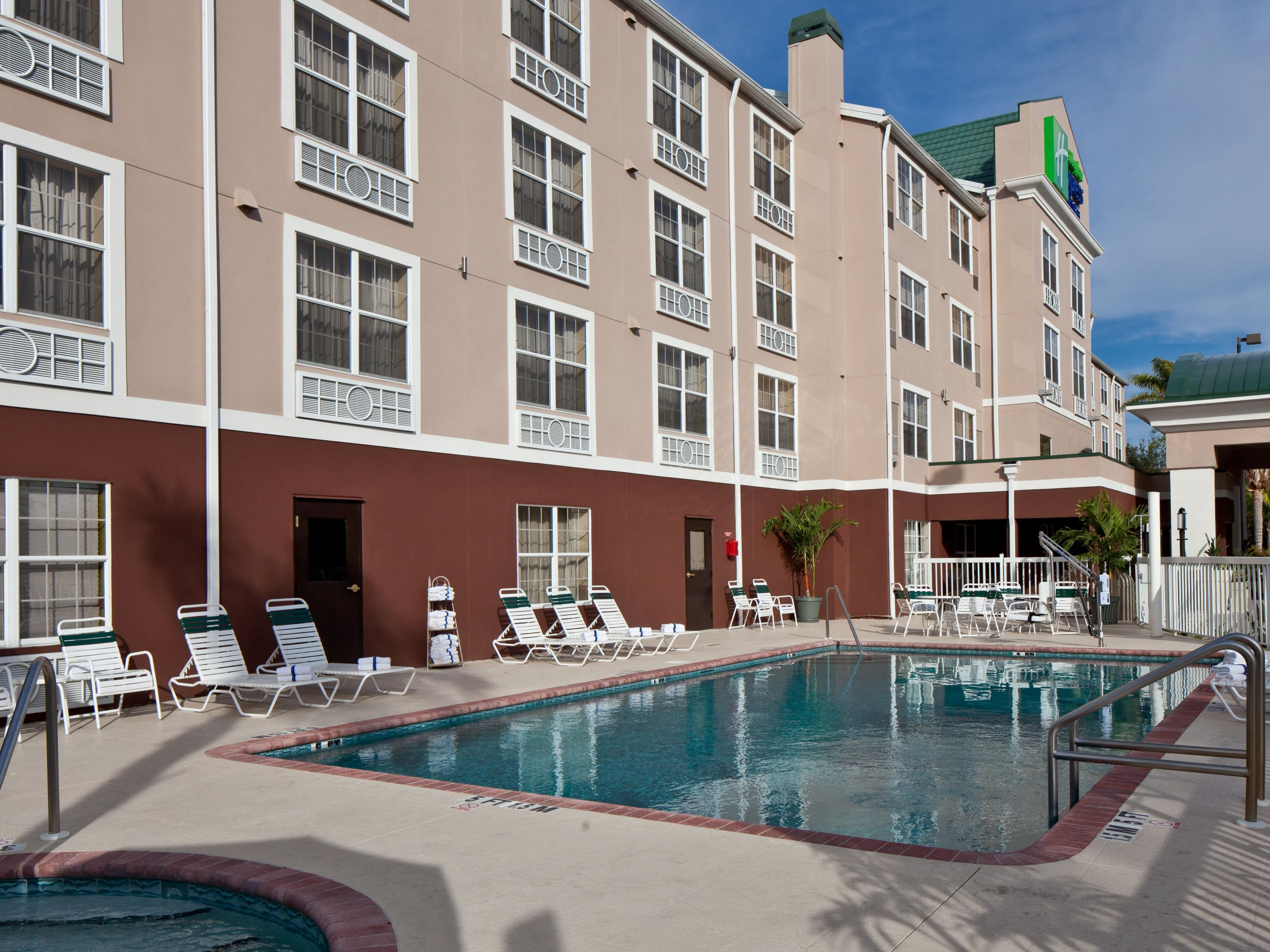 Outdoor Pool and Spa - Holiday Inn Express & Suites Sarasota East