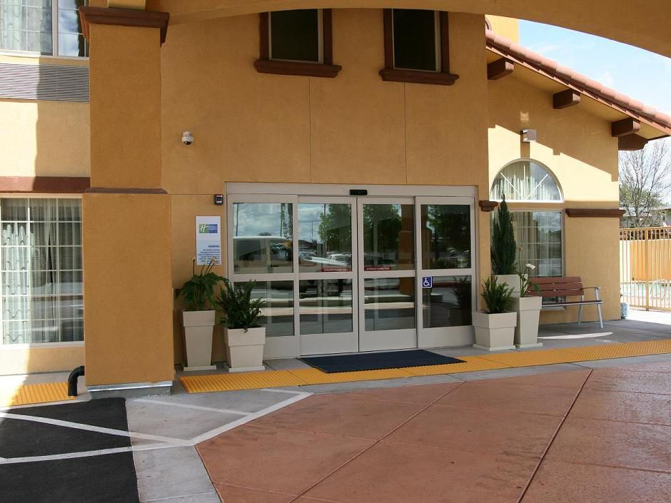 Entrance of Holiday Inn Express, Willows.