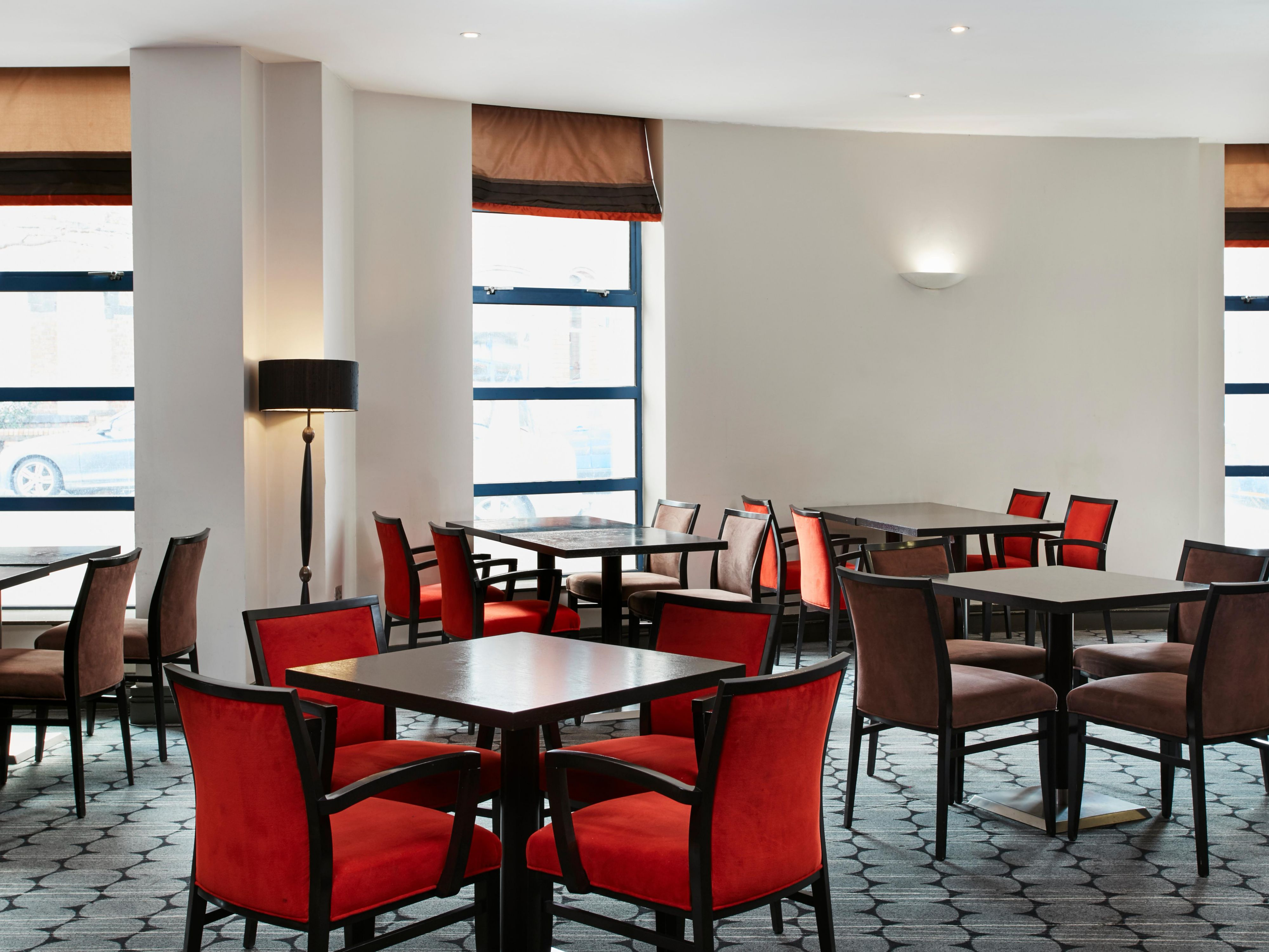 Restaurant area in Holiday Inn Express Belfast