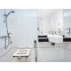 Cómodo cuarto de baño accesible con silla de ruedas (ADA)