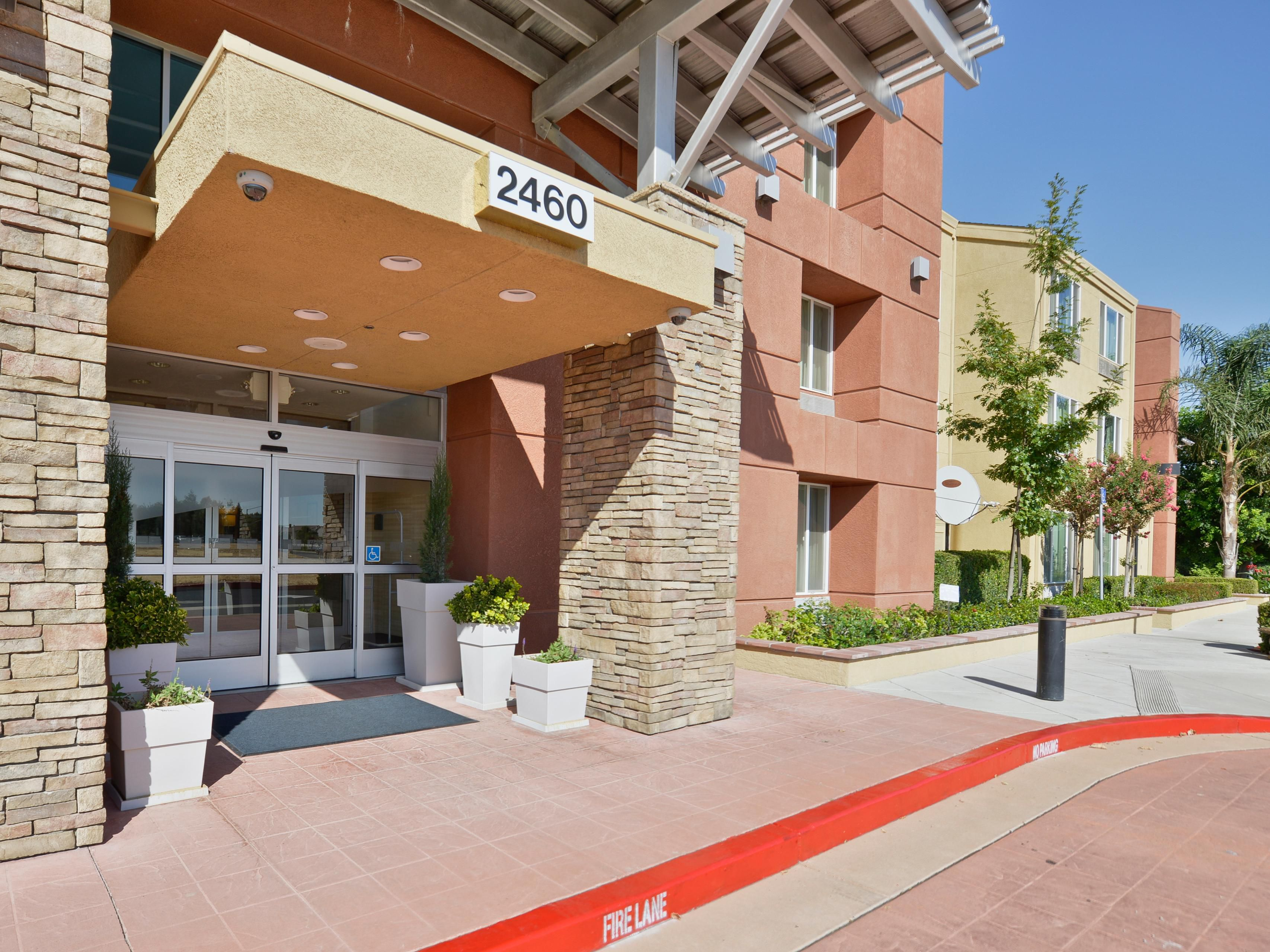 Entrance of Holiday Inn Express & Suites Elk Grove