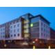 Hotel-Außenansicht bei Nacht