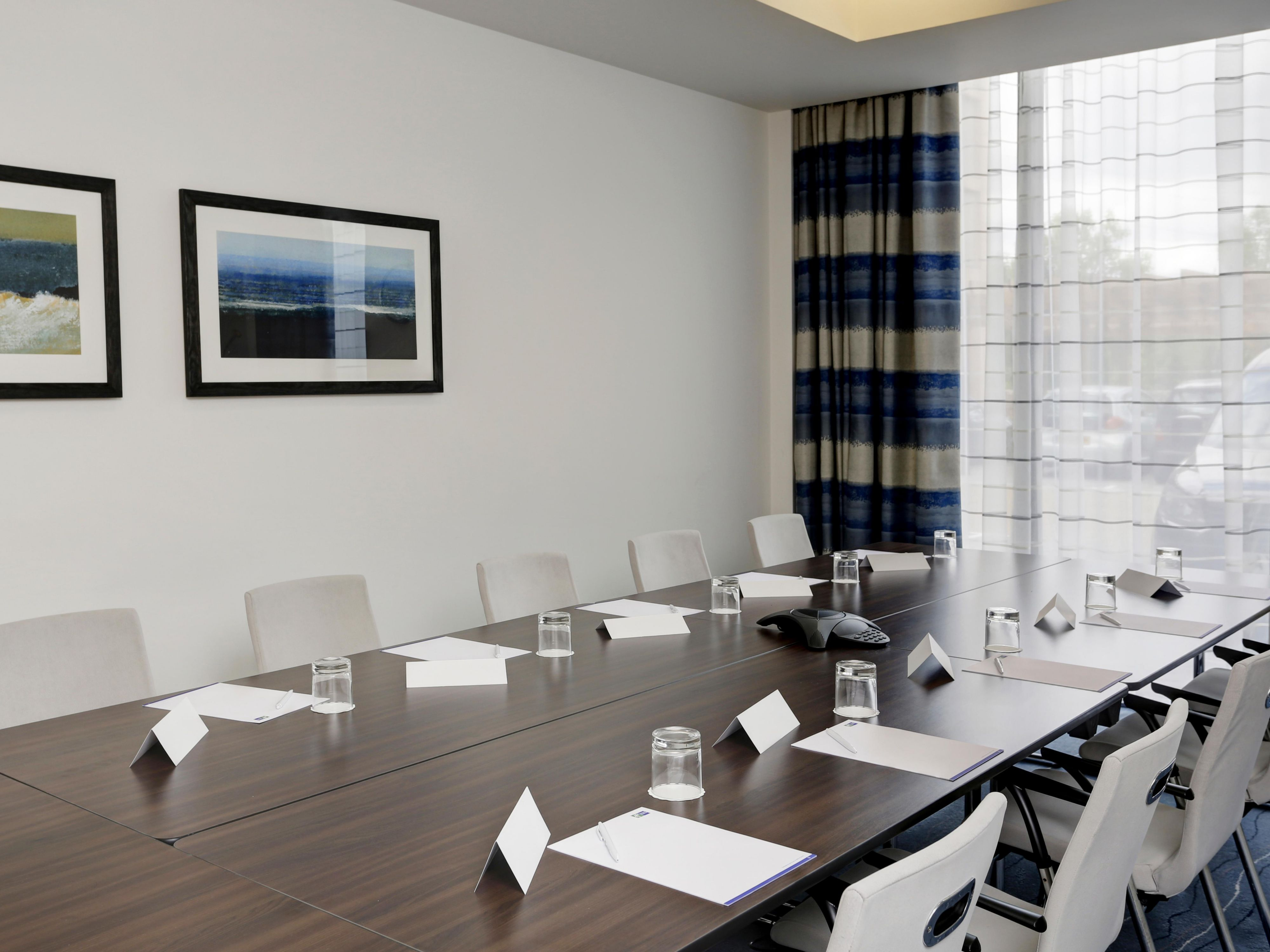 Natural day lit meeting rooms, equipped with everything you need