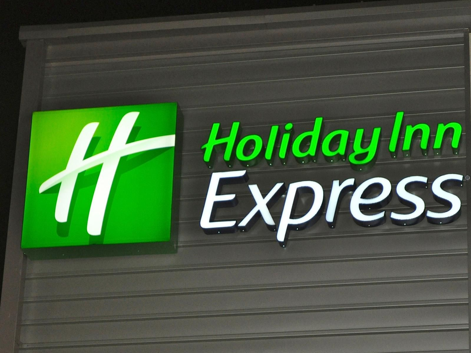 Holiday Inn Express Waterfront Mall