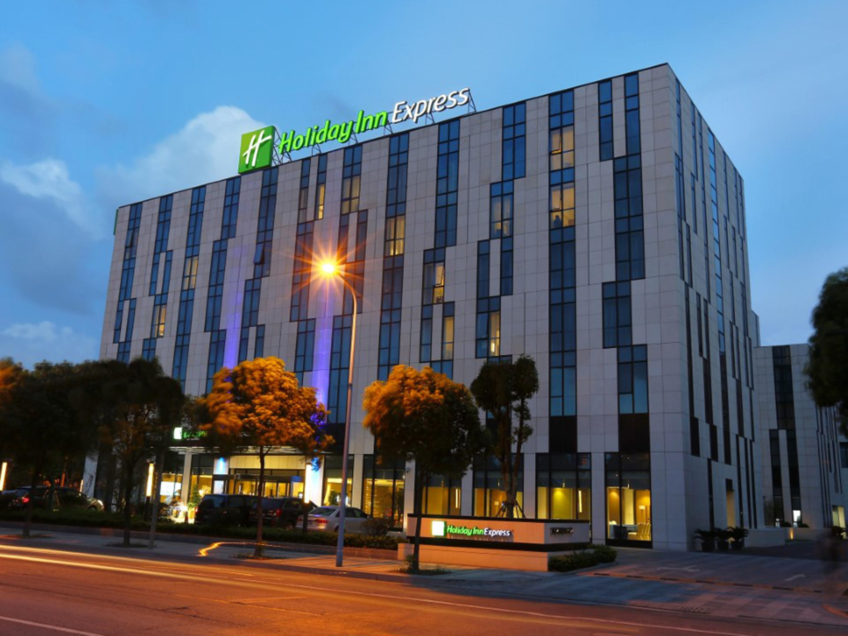 Holiday Inn Express Shanghai Gongkang Appearance night view