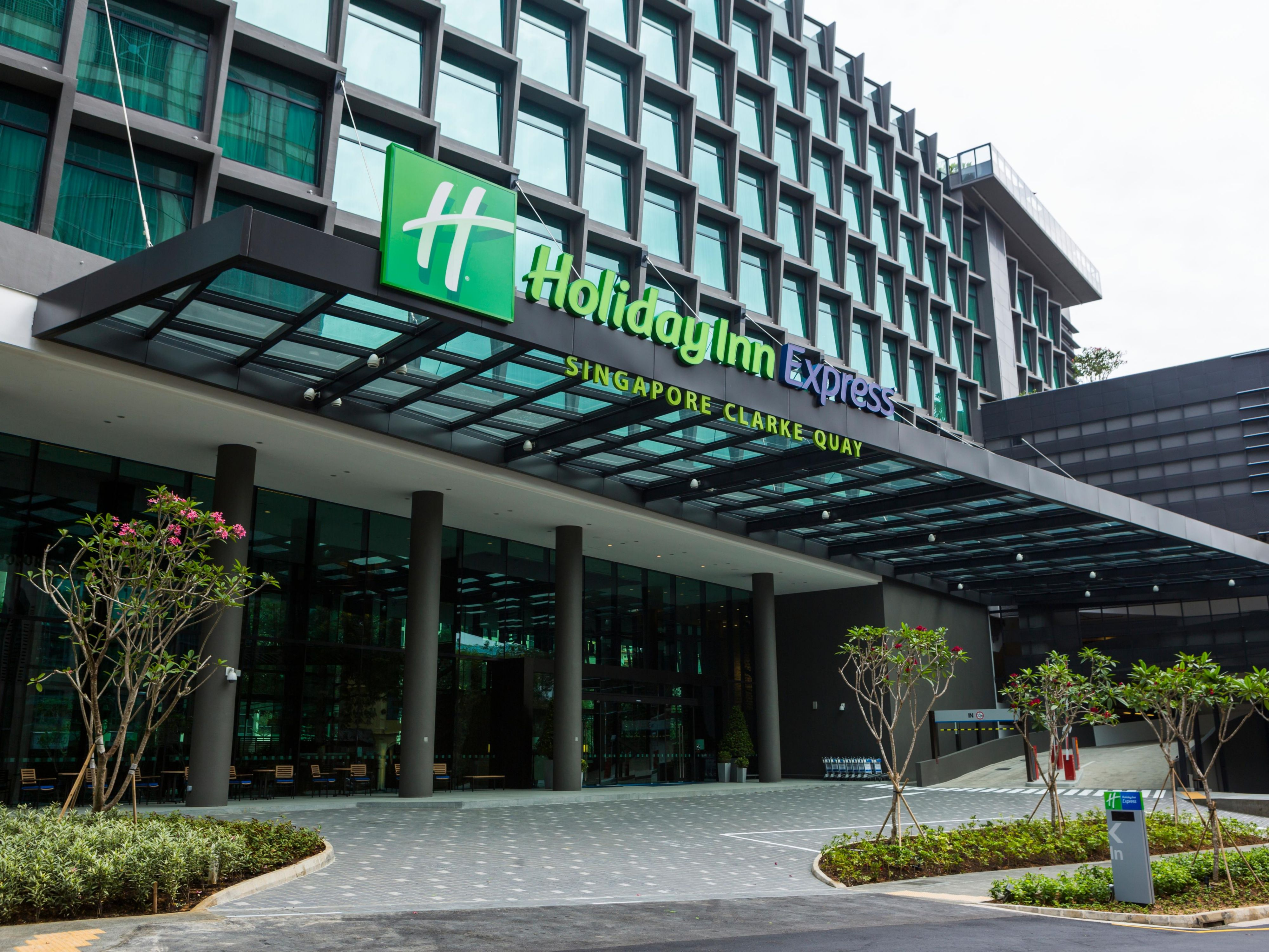 Entrance of Holiday Inn Express Singapore Clarke Quay Hotel