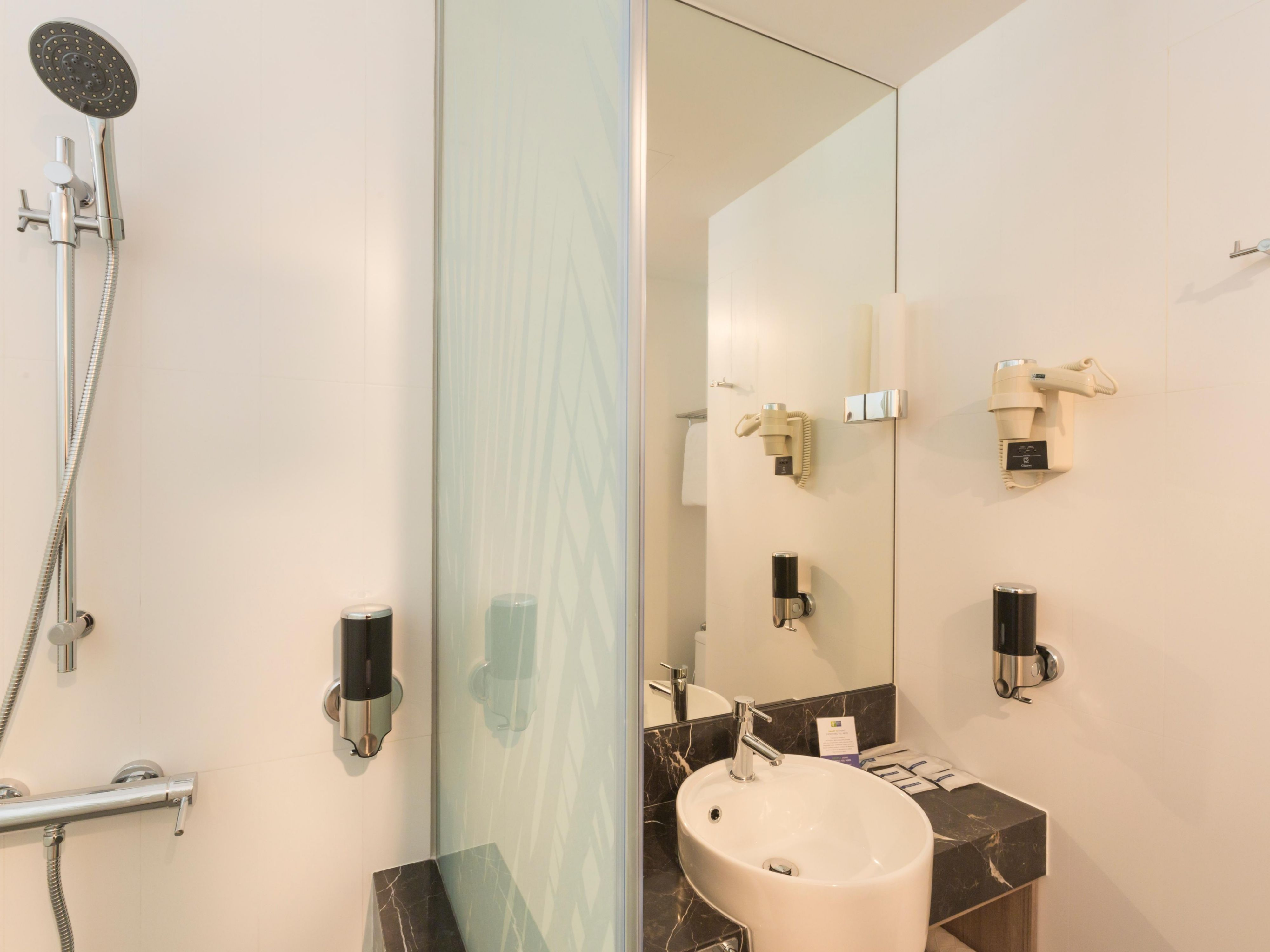 Holiday Inn Express Singapore Orchard Road - Guest Bathroom