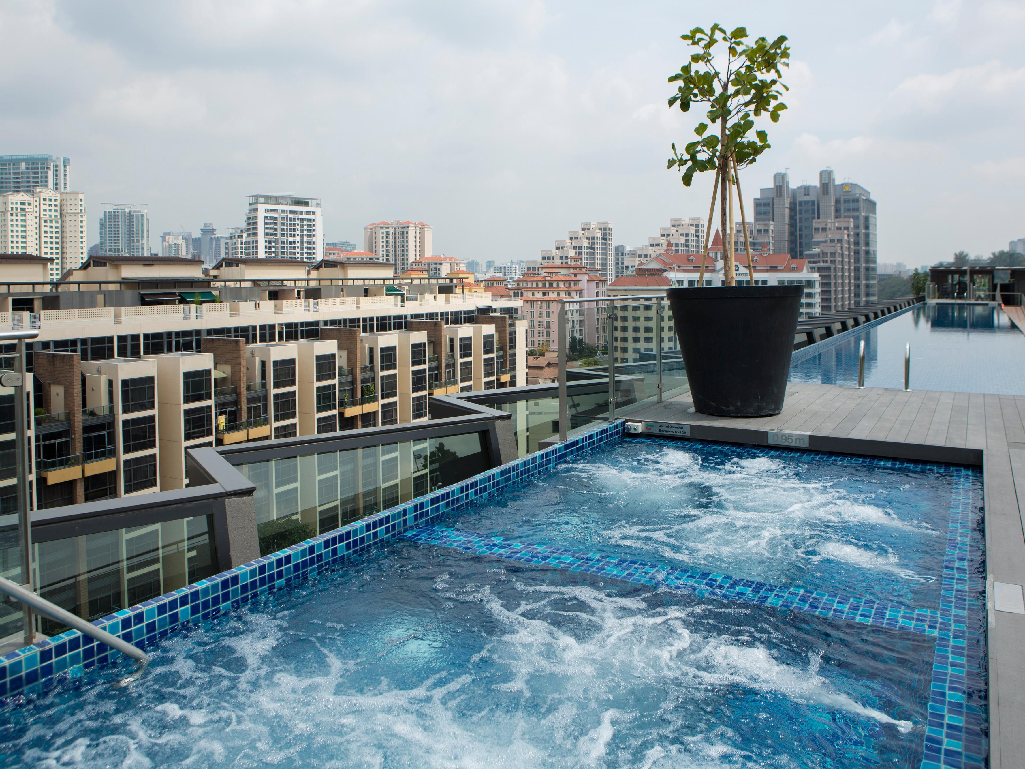 Rooftop Jacuzzis at Holiday Inn Express Singapore Clarke Quay