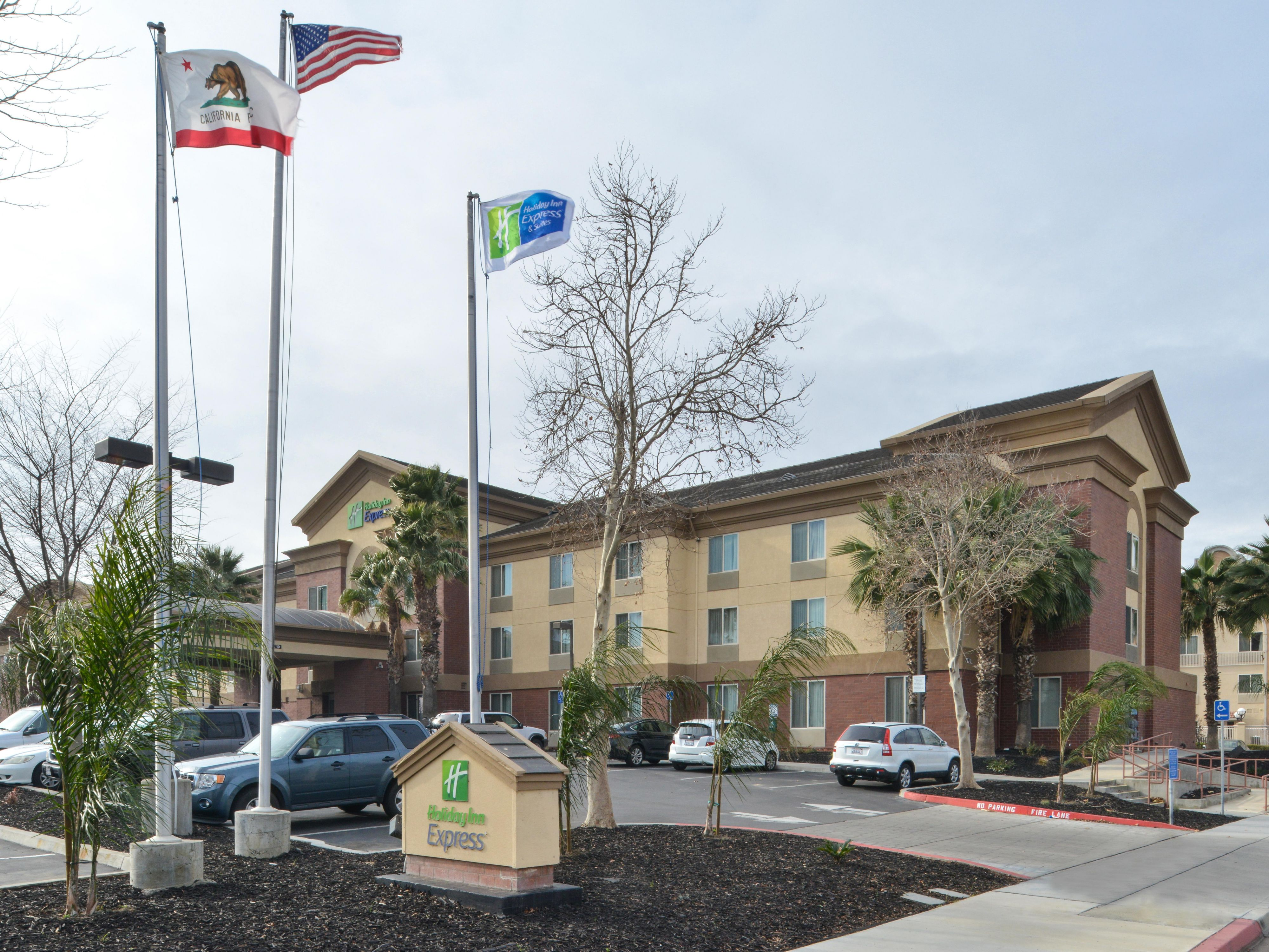 Holiday Inn Express Woodland Hotel Exterior