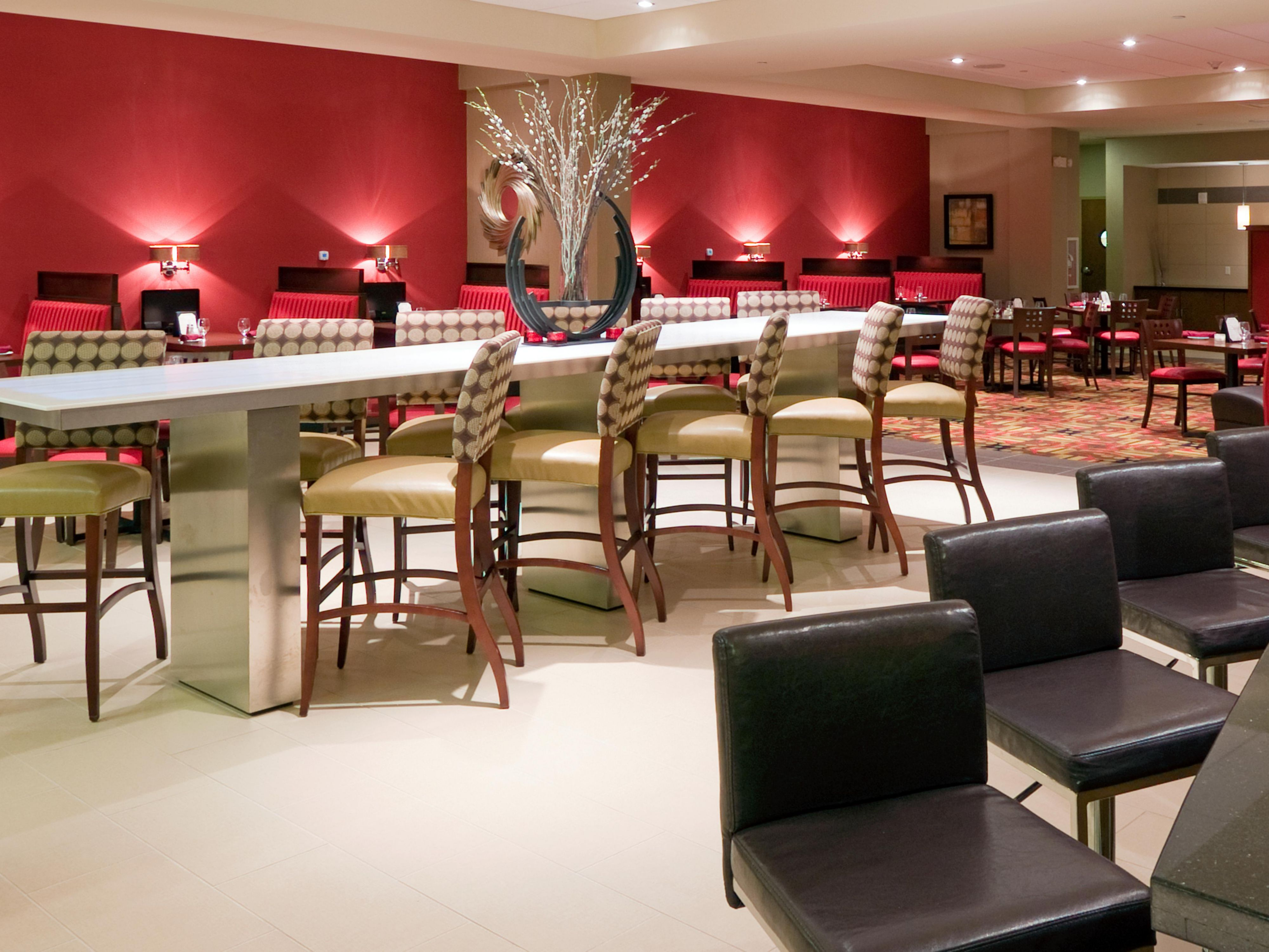 Holiday Inn Airport at Gulf Coast Town Center Bar and Lounge