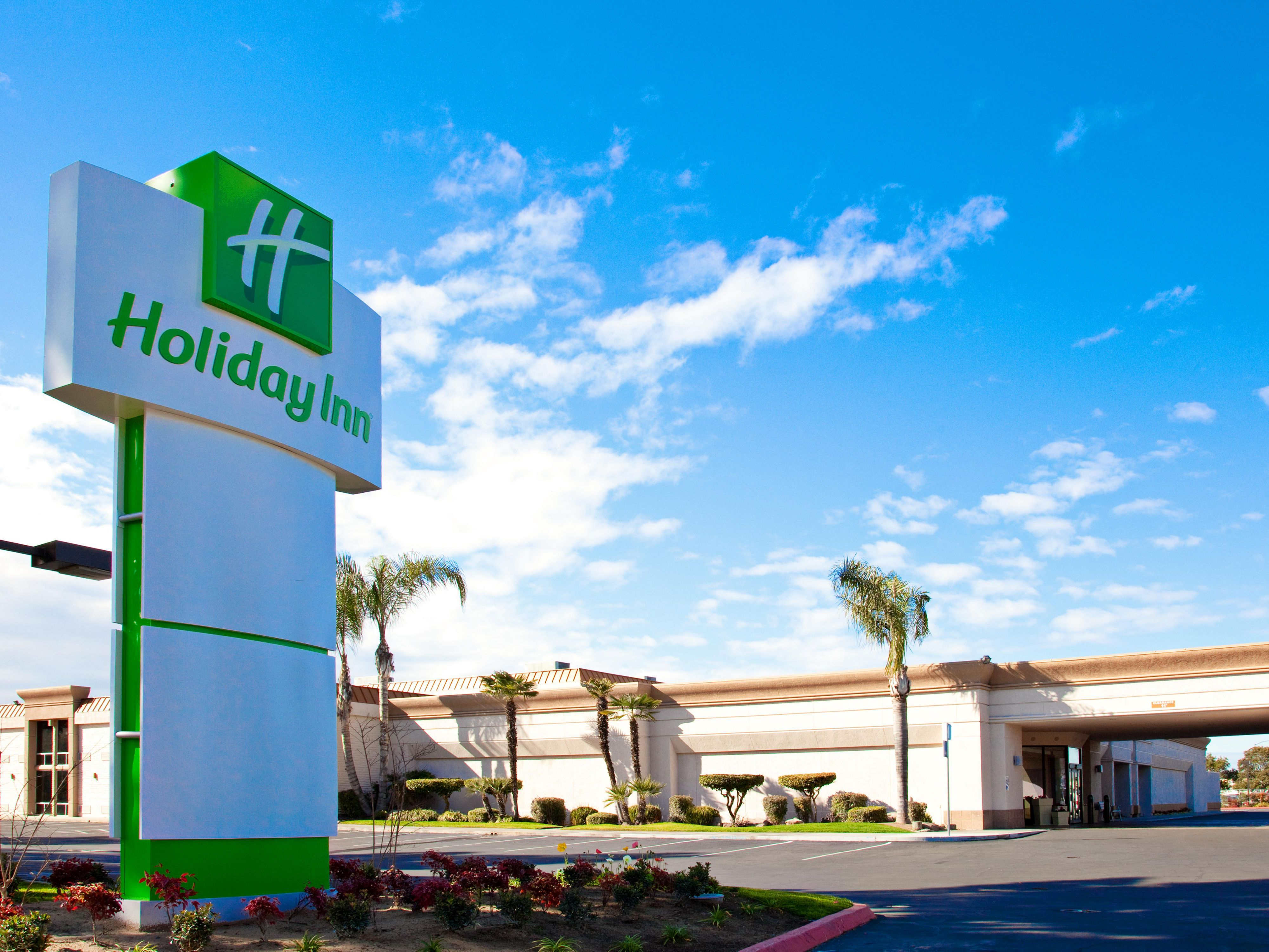 A beautiful sunny day in Fresno - Hotel Exterior