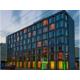 Das Hotel überrascht mit moderner Transparenz und klarem Design.