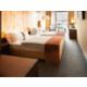 Gästezimmer mit Doppelbett mit Panoramafenster.