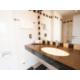 Das Badezimmer mit Badewanne im zeitlosen Design.