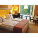 Barrierefreies Zimmer mit Kingsize Bett.