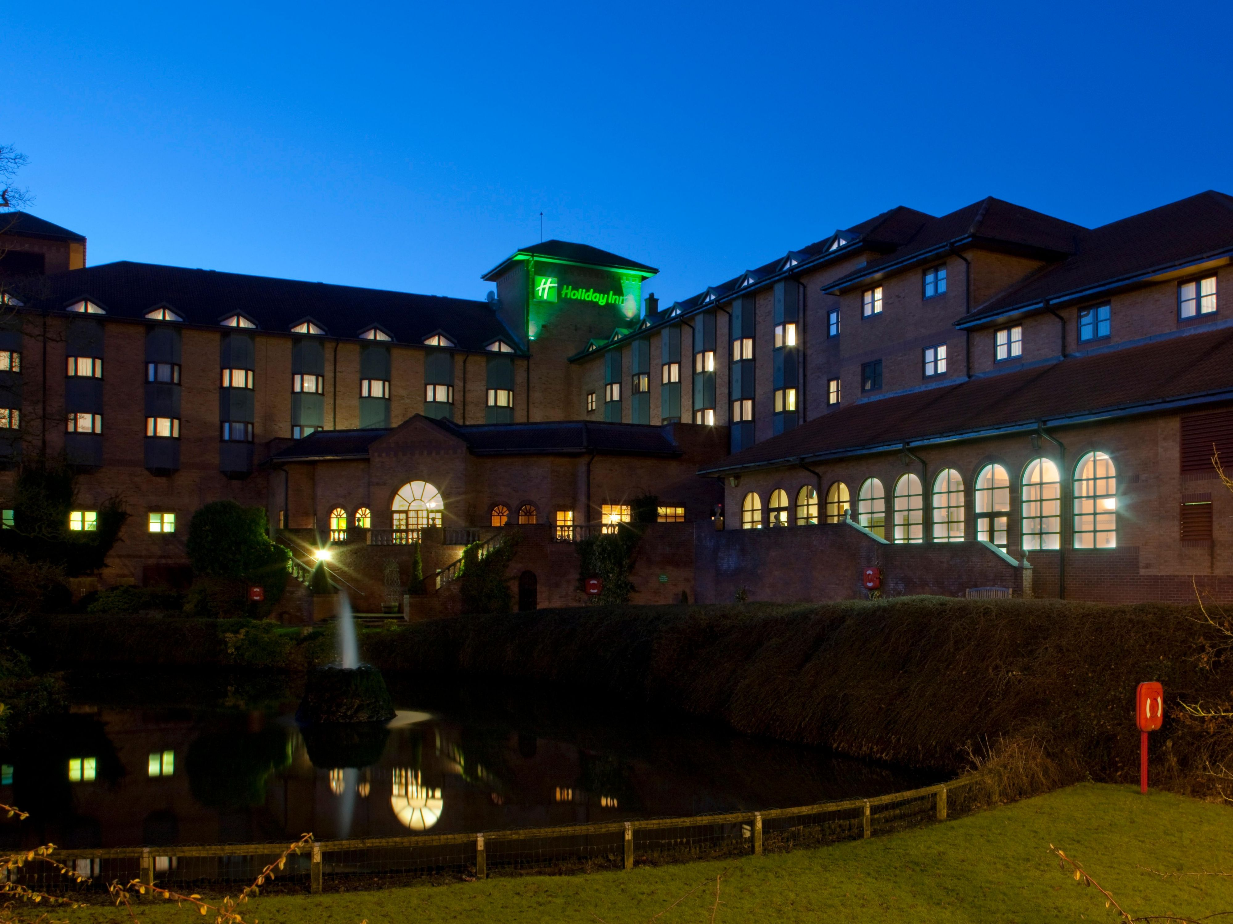Hotel Exterior With Fountain & Lake Holiday Inn Solihull