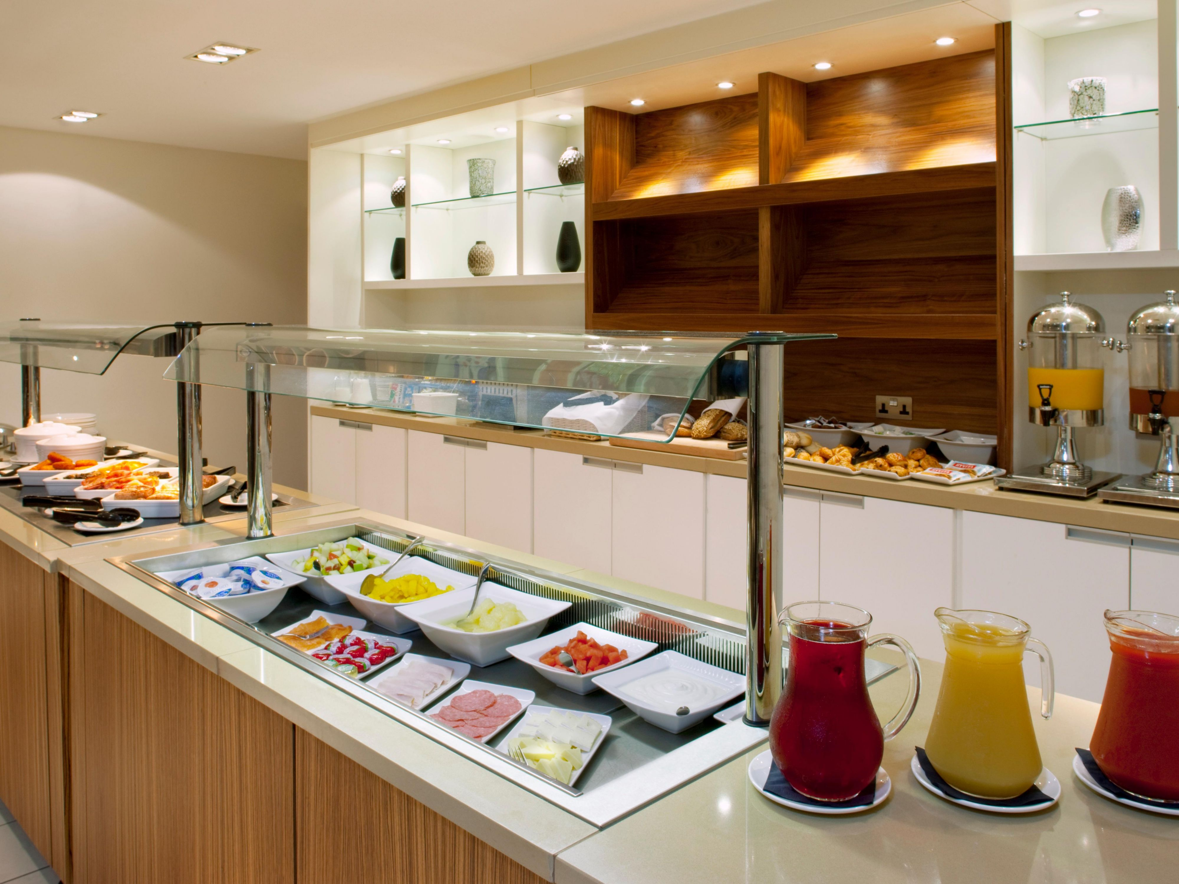 Extensive hot & cold breakfast buffet