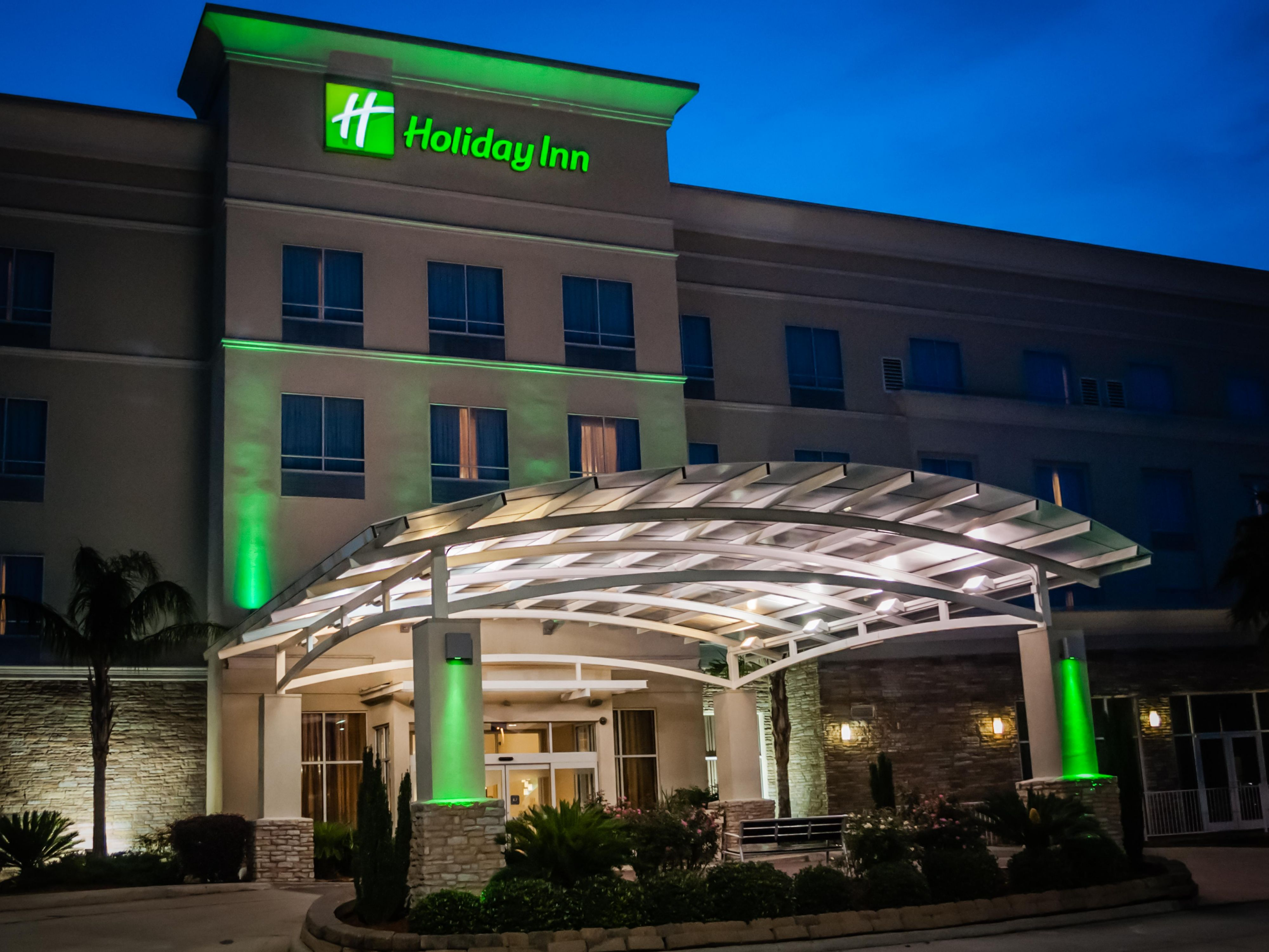 Holiday Inn Sulphur at night.