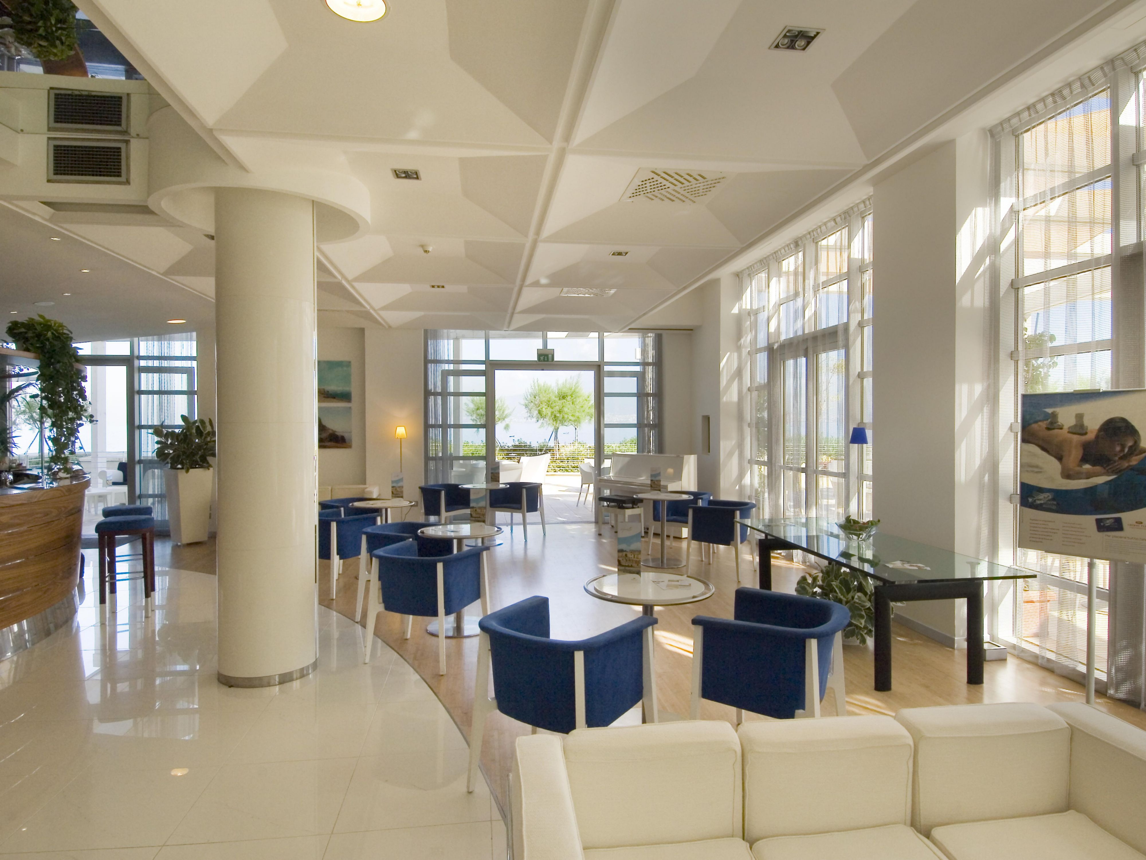 Lobby area with comfortable sittings and american bar