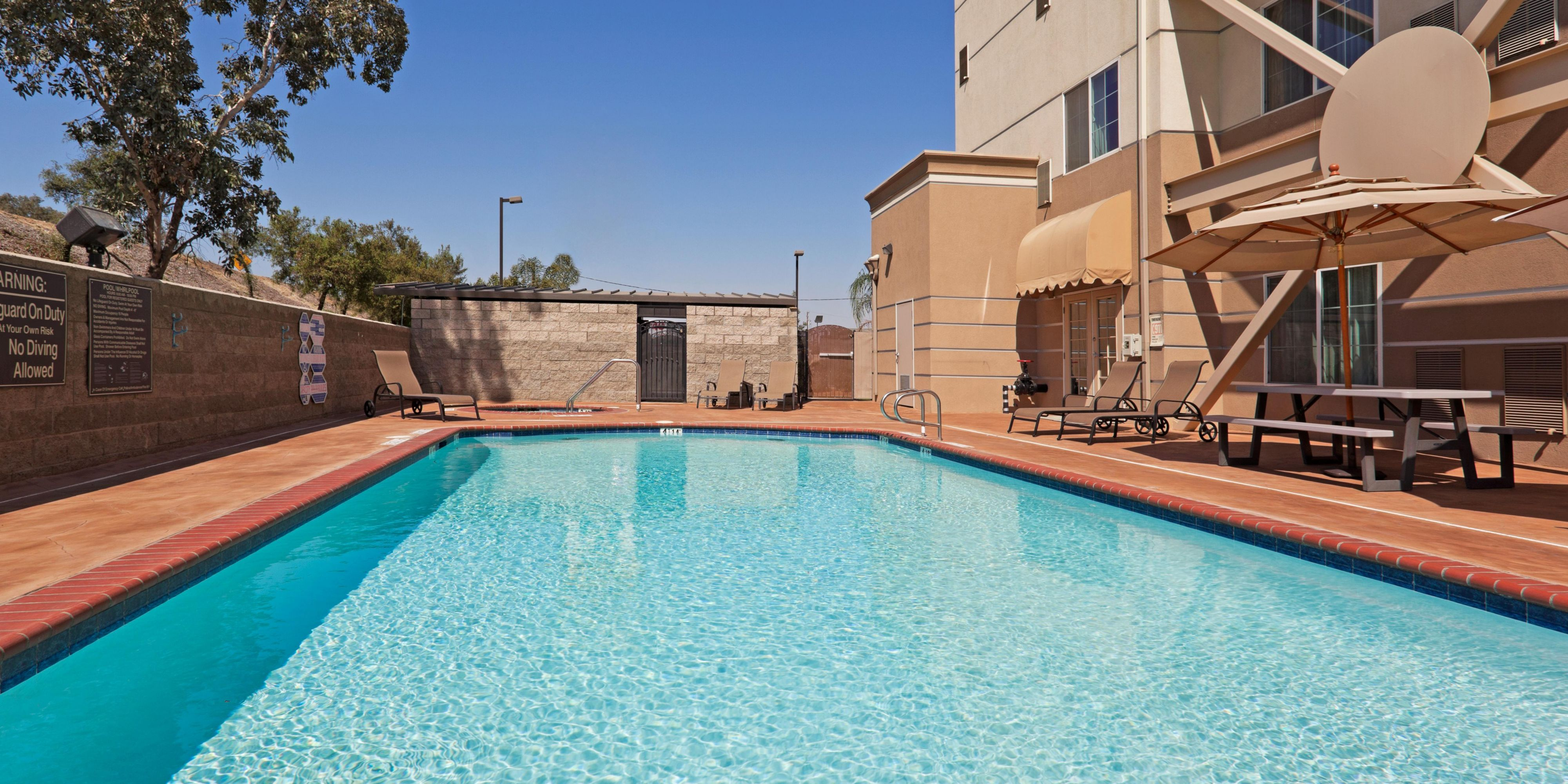 Holiday Inn Express And Suites Bakersfield 2533015281 2x1