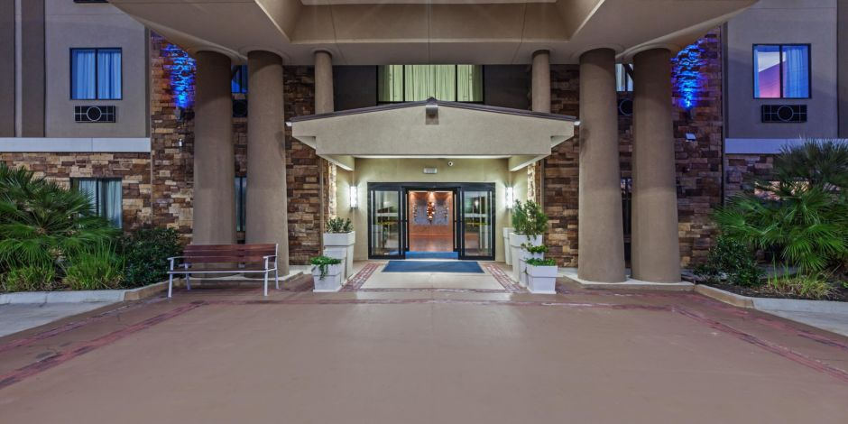 Inviting Hotel Entrance Welcome To The Holiday Inn Express Cleveland Houston Texas