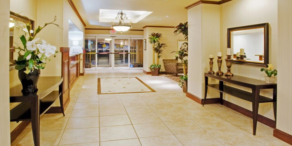 Holiday Inn Express Suites Dinuba West Lobby
