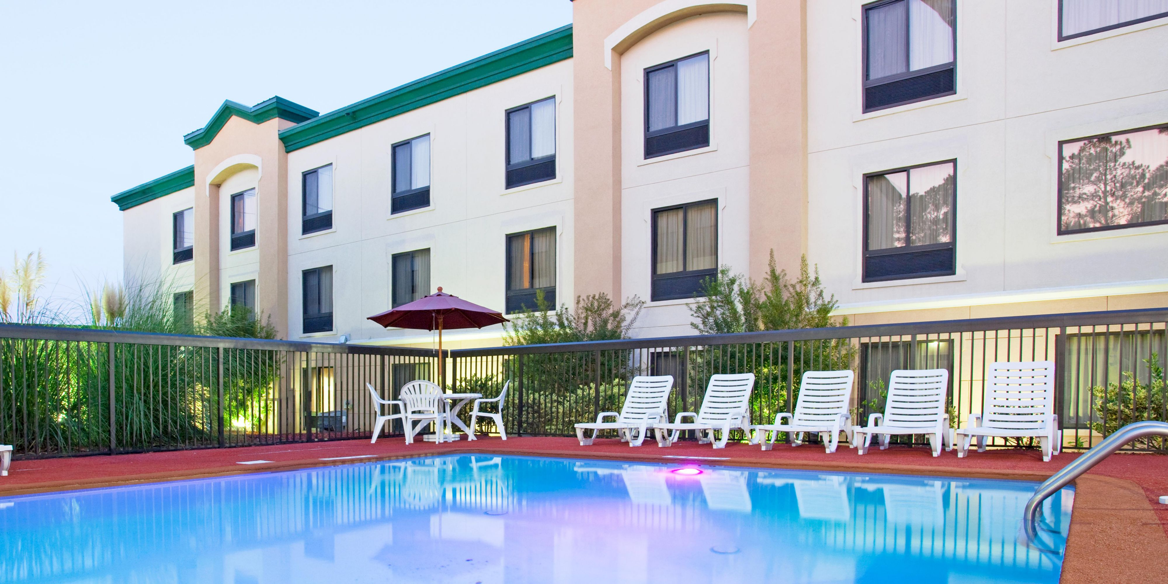 Holiday Inn Express And Suites Fayetteville 4268137219 2x1