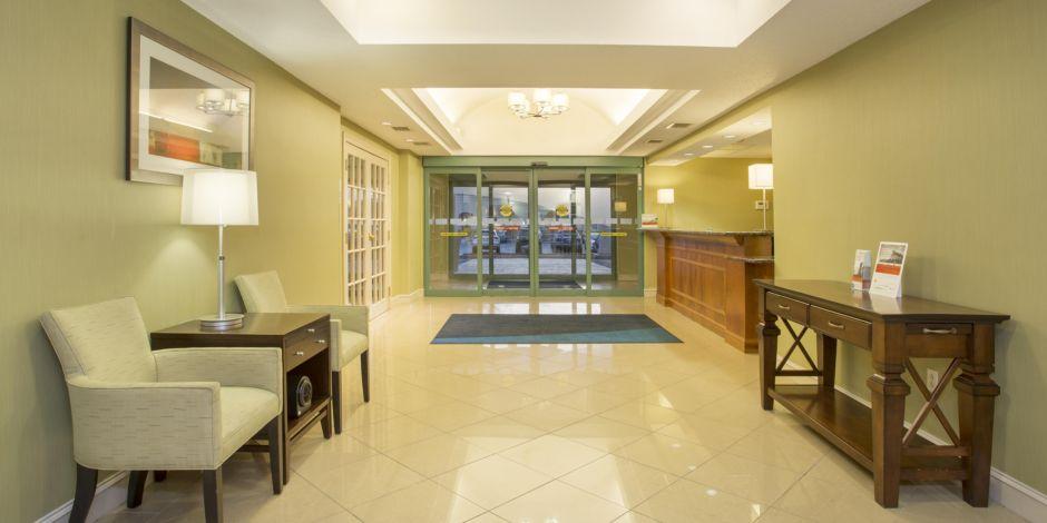 Holiday inn express suites kalamazoo hotel by ihg holiday inn express amp suites kalamazoo hotel lobby reheart Choice Image