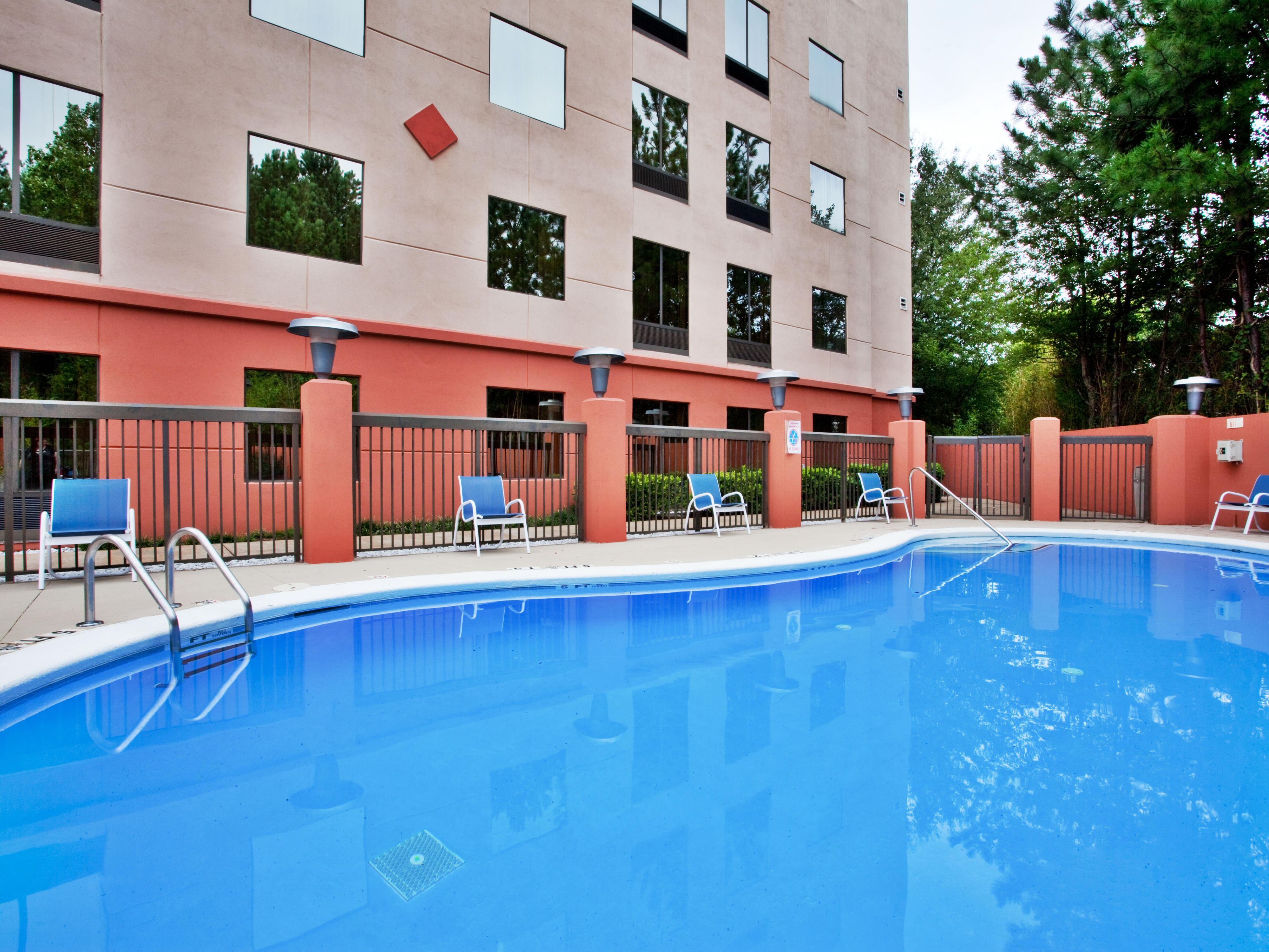 Outdoor Seasonal Swimming Pool - Holiday Inn Express Lawrenceville