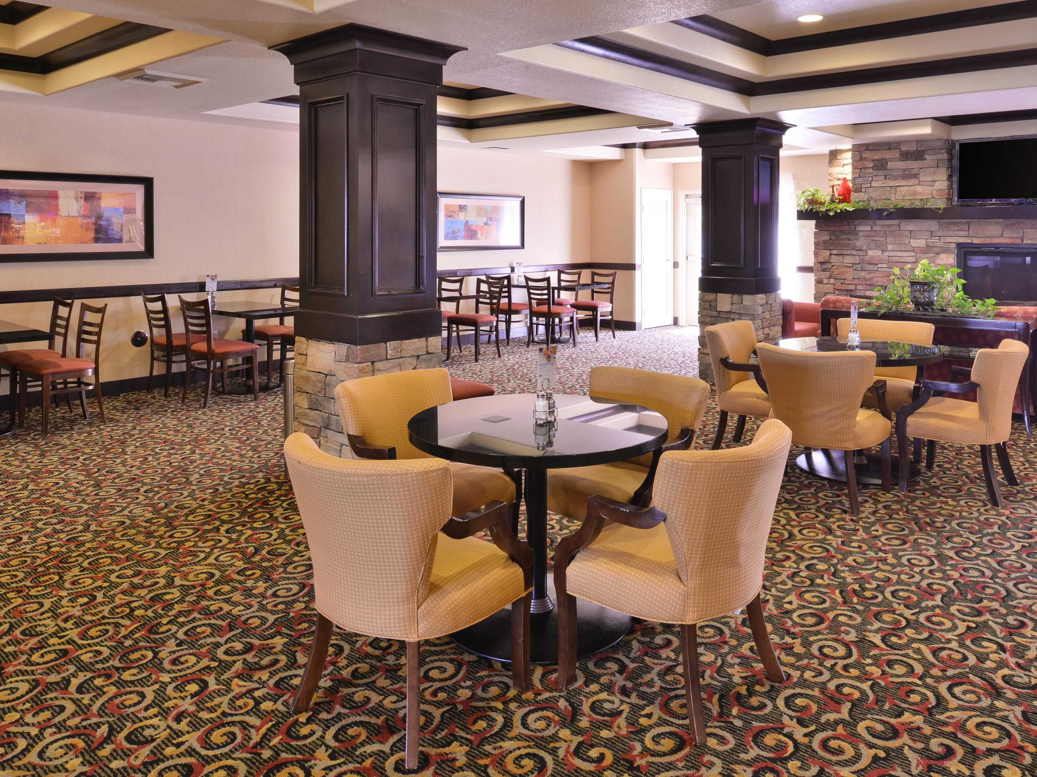 Holiday Inn Express & Suites Lincoln - Guest Breakfast Area
