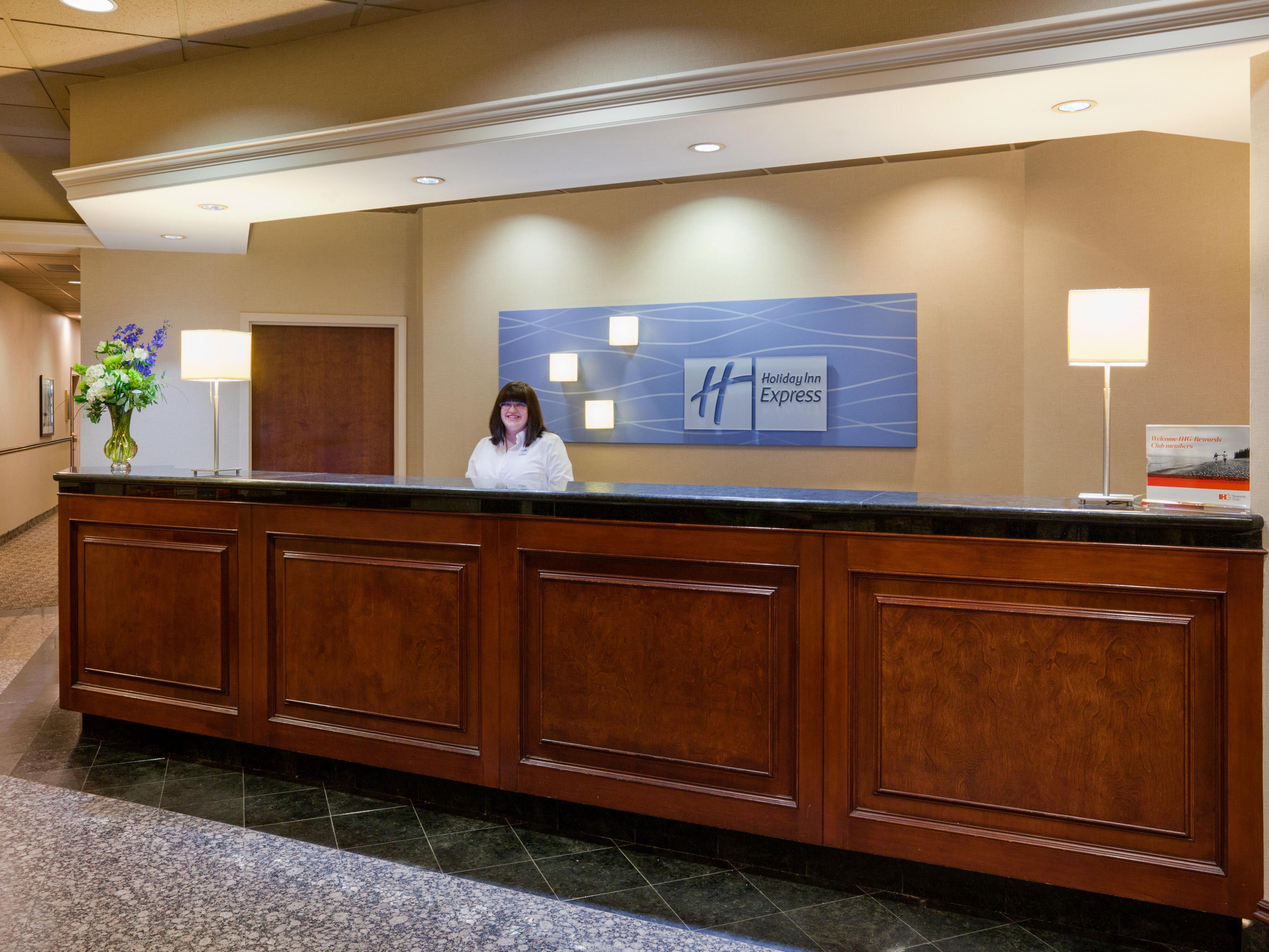 Holiday Inn Express & Suites Dwtn Mpls Conv Ctr - Front Desk