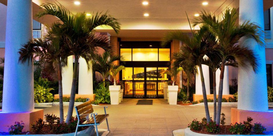 Holiday Inn Express Lake Okeechobee Entrance Night