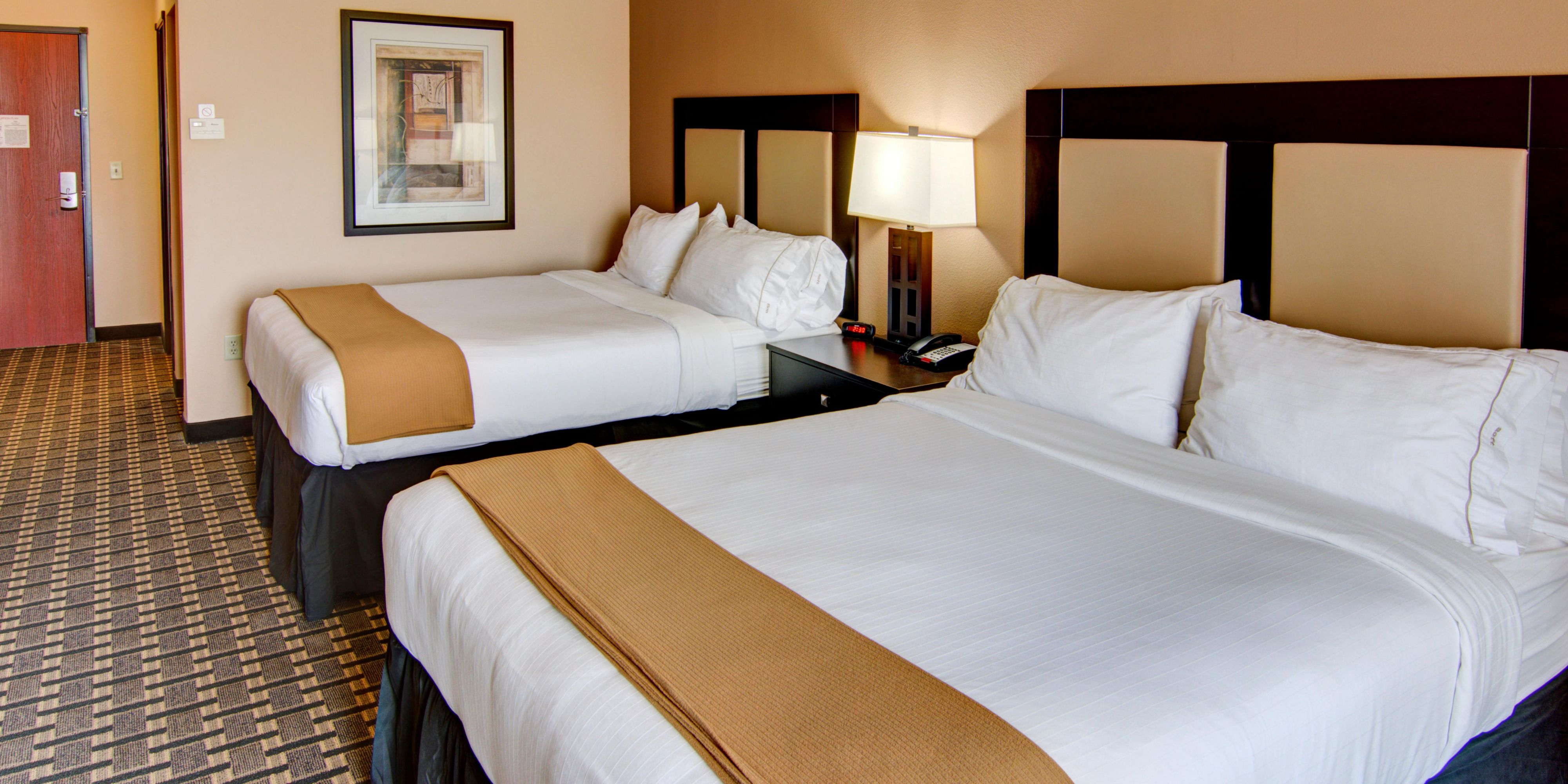 Holiday Inn Express And Suites Paris 4523768391 2x1