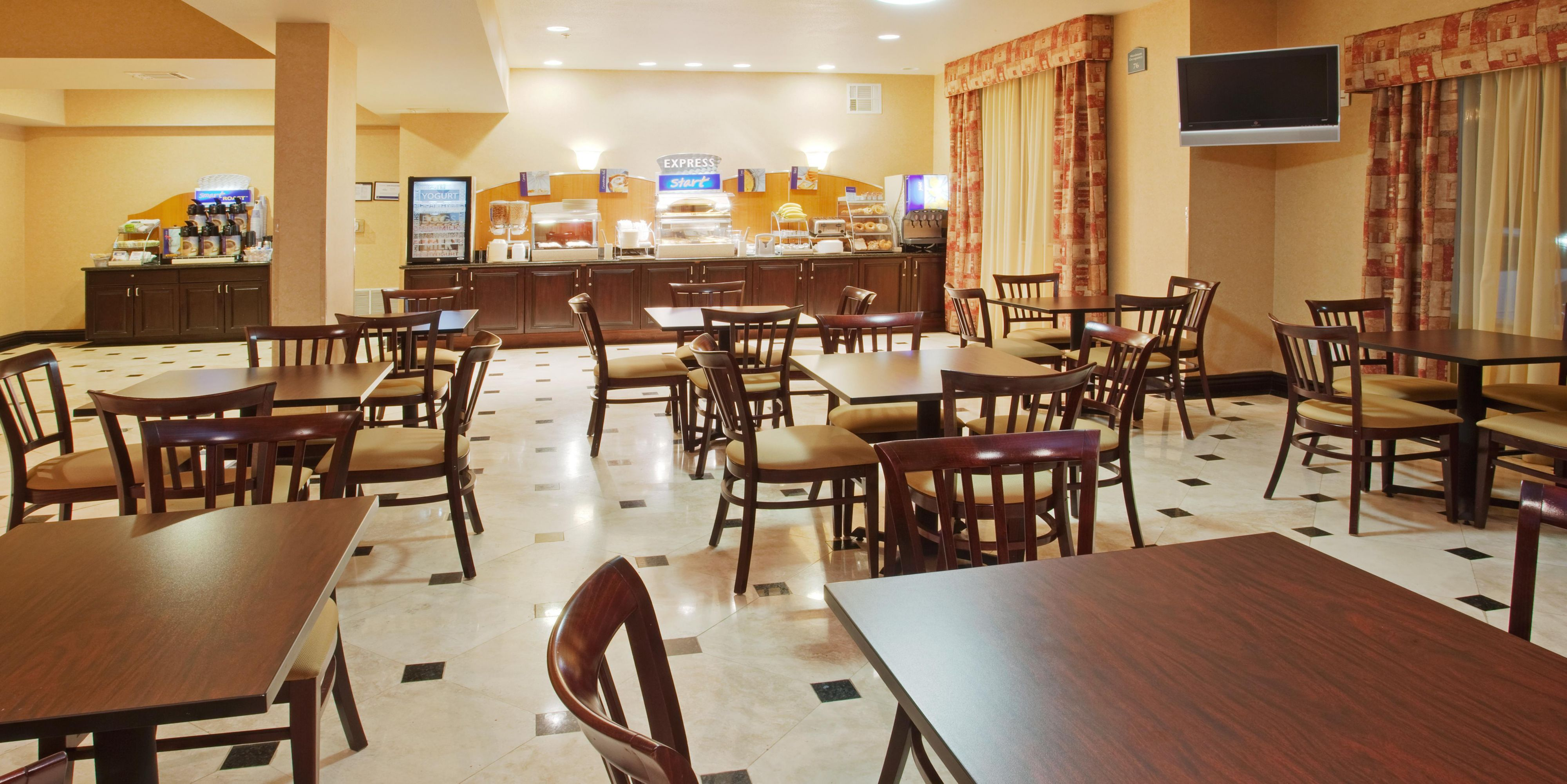 Holiday Inn Express & Suites Roseville - Galleria Area Hotel by IHG