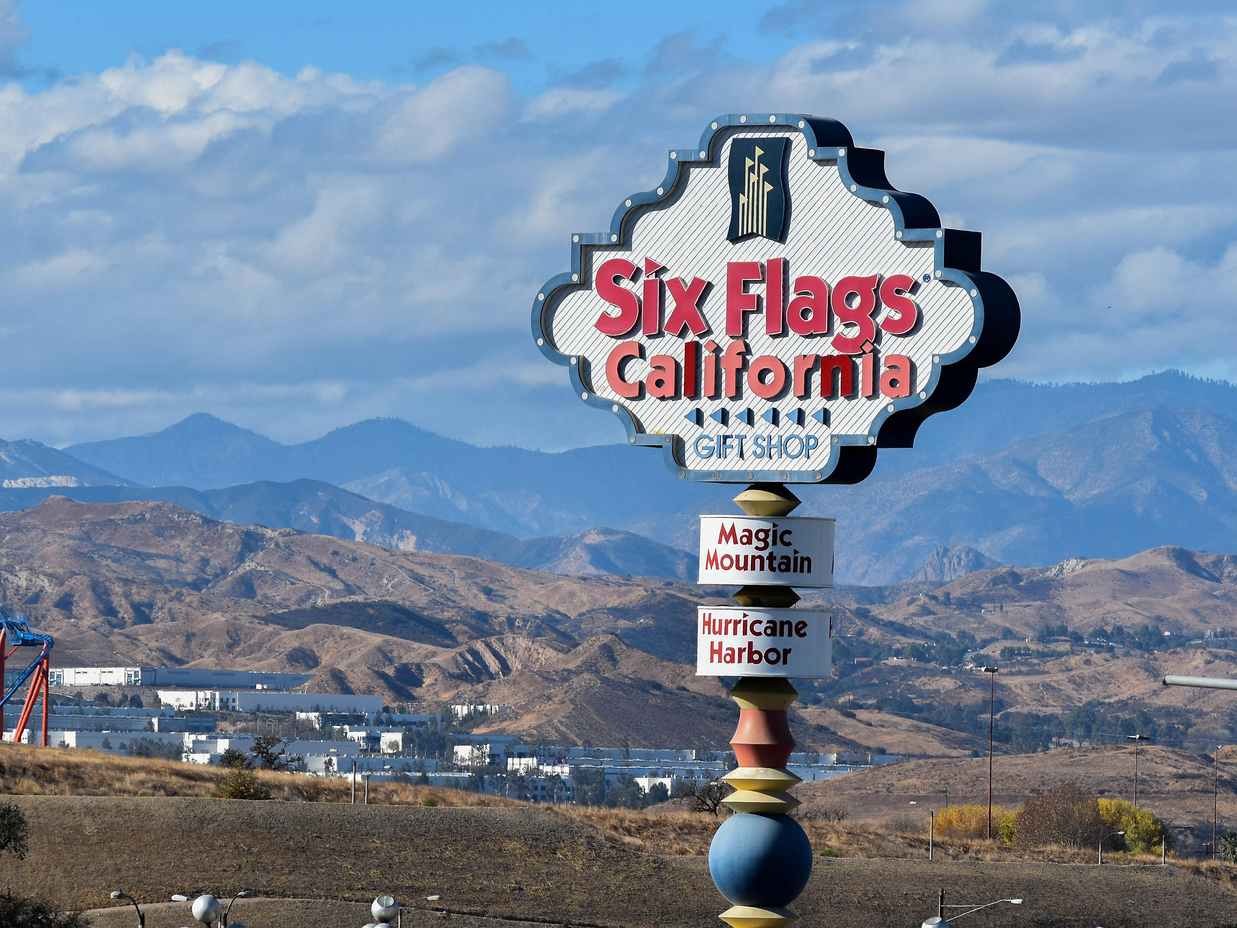Hotels near Six Flags Magic Mountain | Holiday Inn Express & Suites