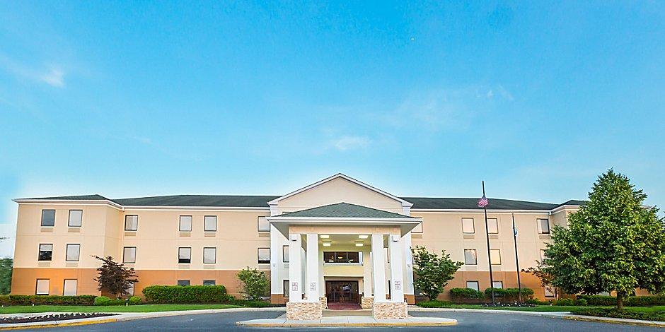 Pet-Friendly Hotels In Burlington, NJ | Holiday Inn Express & Suites