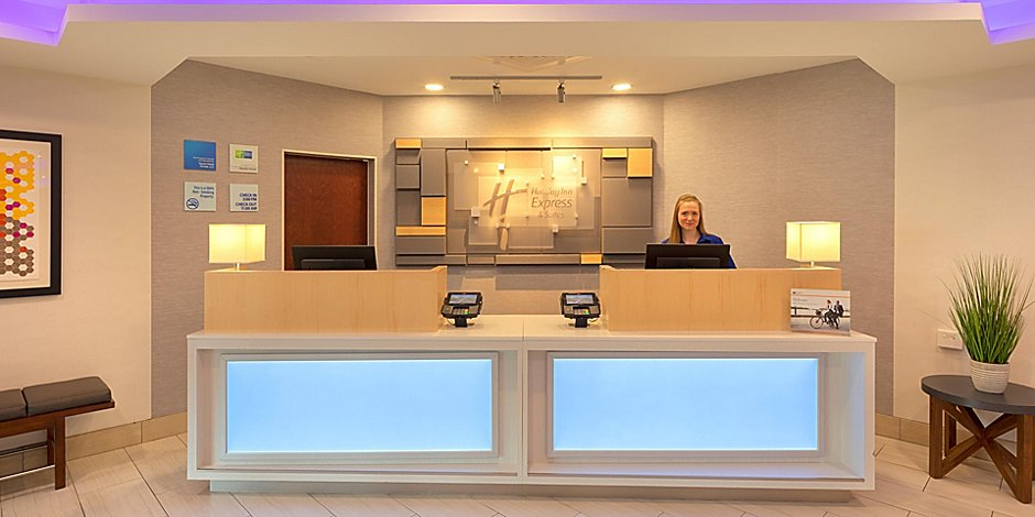 Holiday Inn Express & Suites Bradley Airport Hotel by IHG