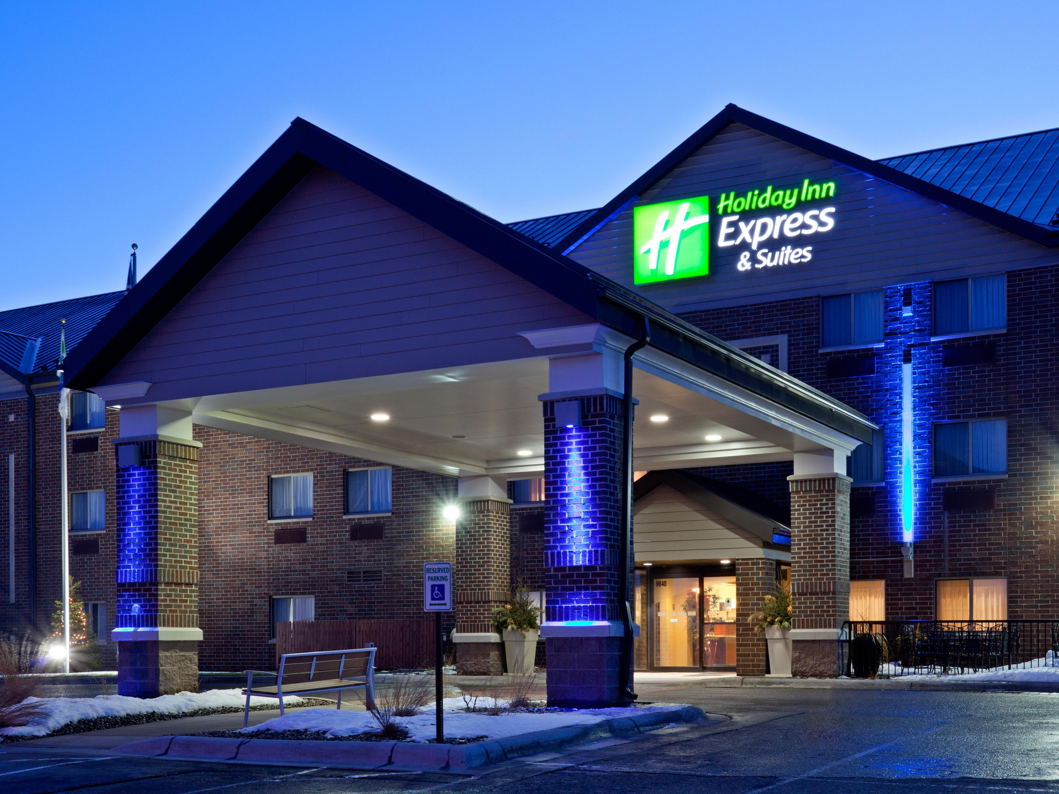 Holiday Inn Express & Suites Woodbury, MN: Entrance at Night