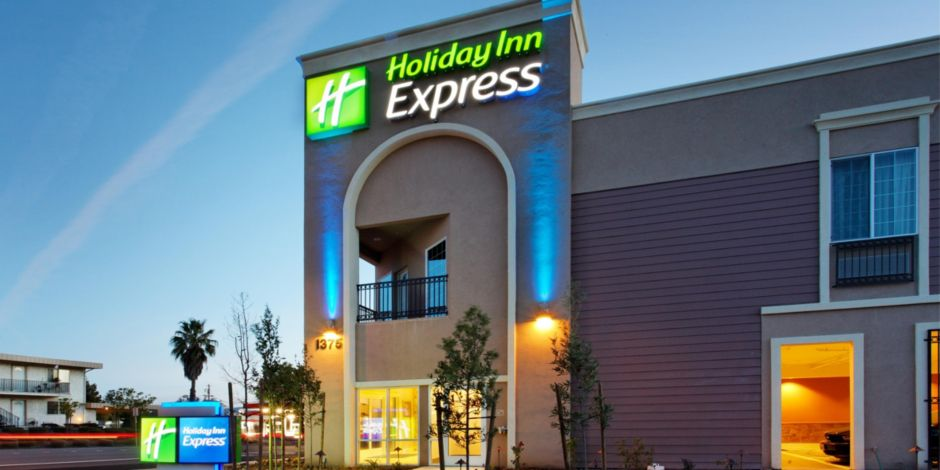 Hotel At Night Holiday Inn Express Benicia